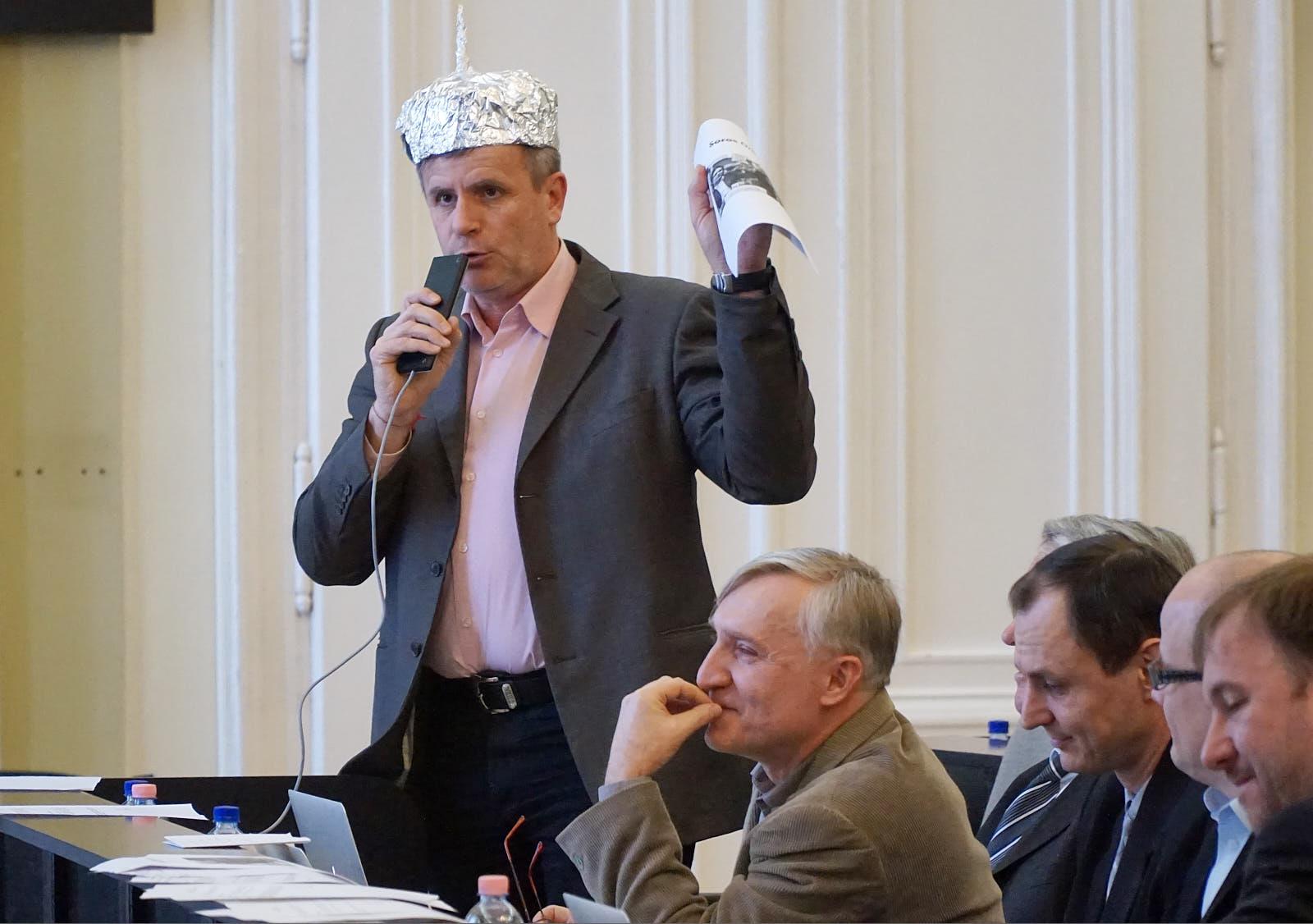 Alufóliasisakban szólalt fel a Soros-ügyi közgyűlésen az ellenzéki képviselő