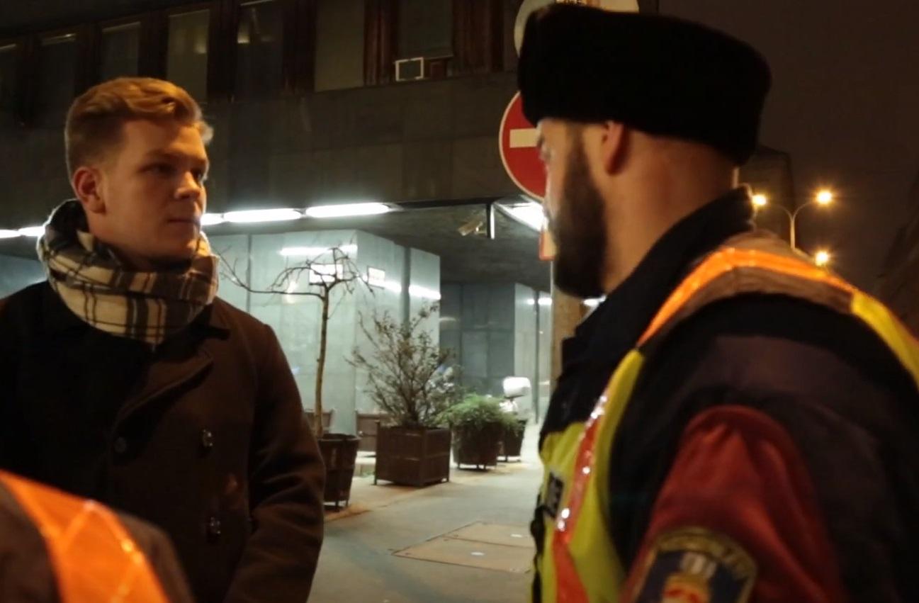 Lábnyomokat festettek a járdára a momentumosok, aztán megérkeztek a rendőrök