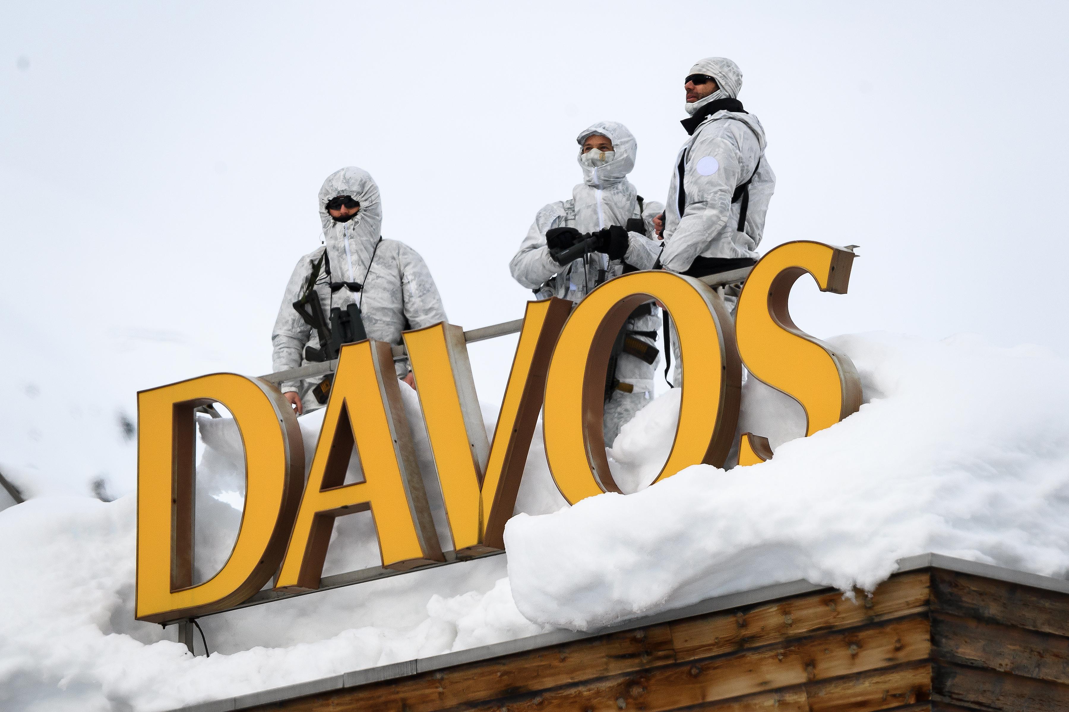 A svájci sajtó szerint magukat vízvezeték-szerelőnek kiadó orosz kémeket füleltek le Davosban