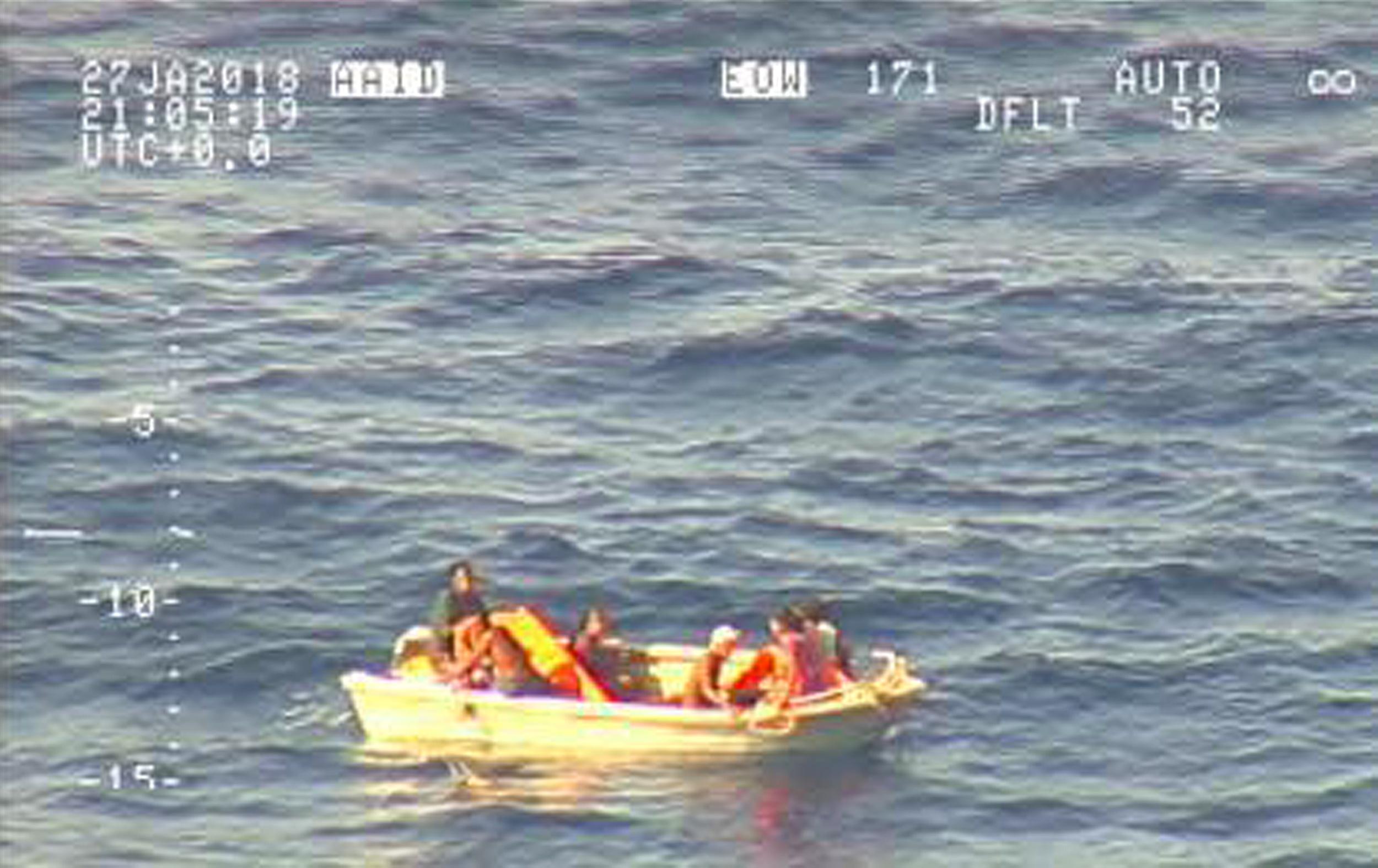 Több napja hánykolódtak a Csendes-óceán közepén egy mentőcsónakban, mire megtalálták őket