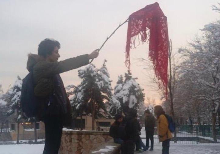 Iráni nők tiltakozásul leveszik a kendőjüket, el is viszi őket a rendőrség