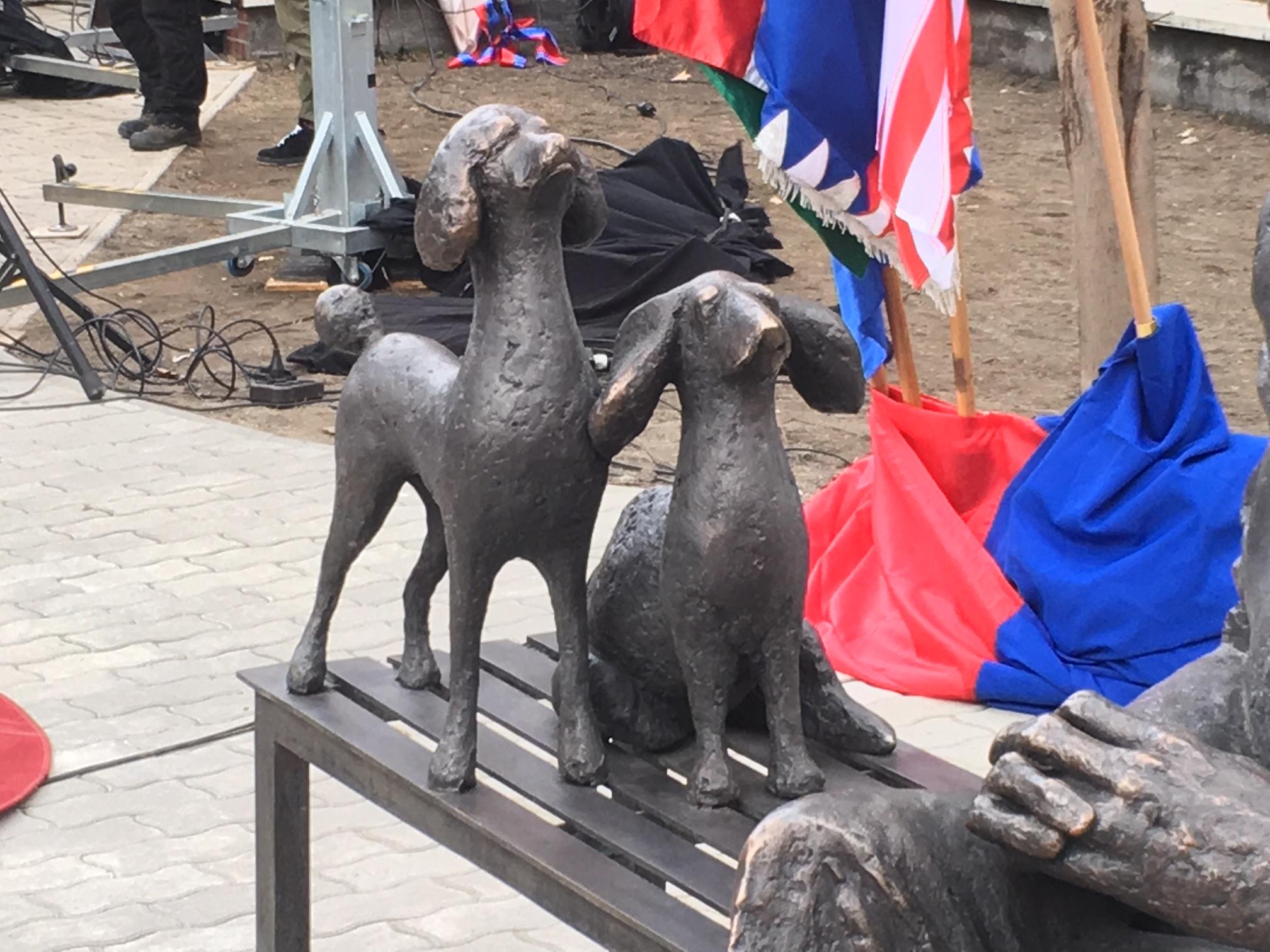 Shalom! Vau! Tom Lantos friss emlékműve megújította a magyar köztéri kiskutyaszobrászatot