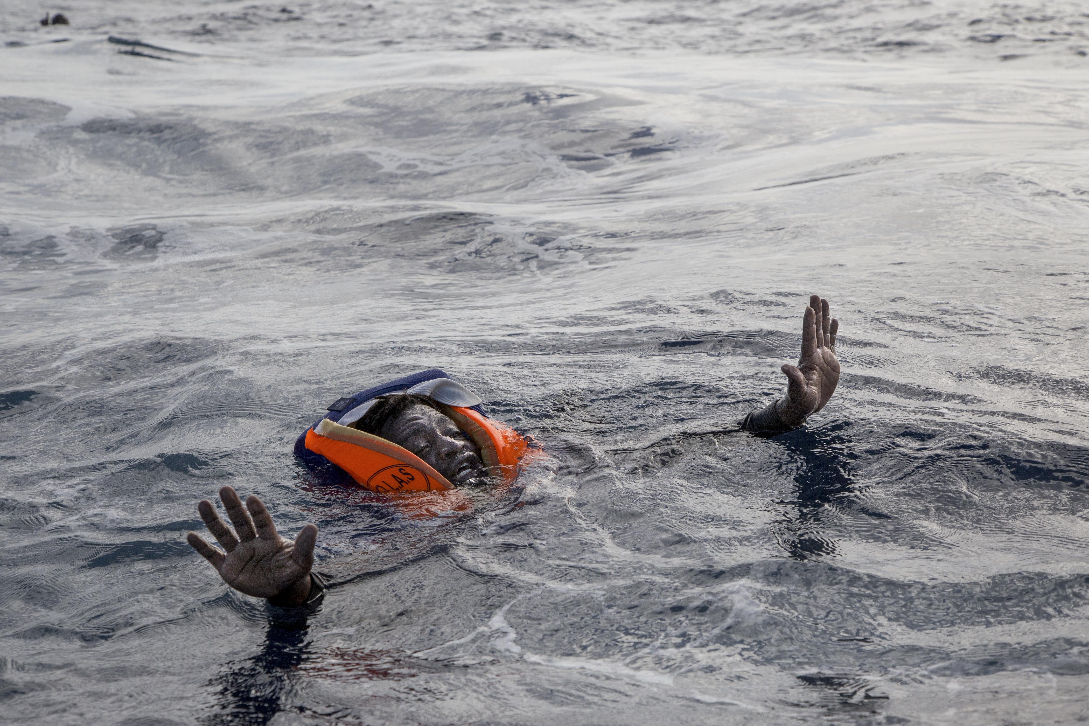 Elsüllyedt egy menekülőkkel teli hajó Líbia partjainál, kilencvenen fulladhattak vízbe