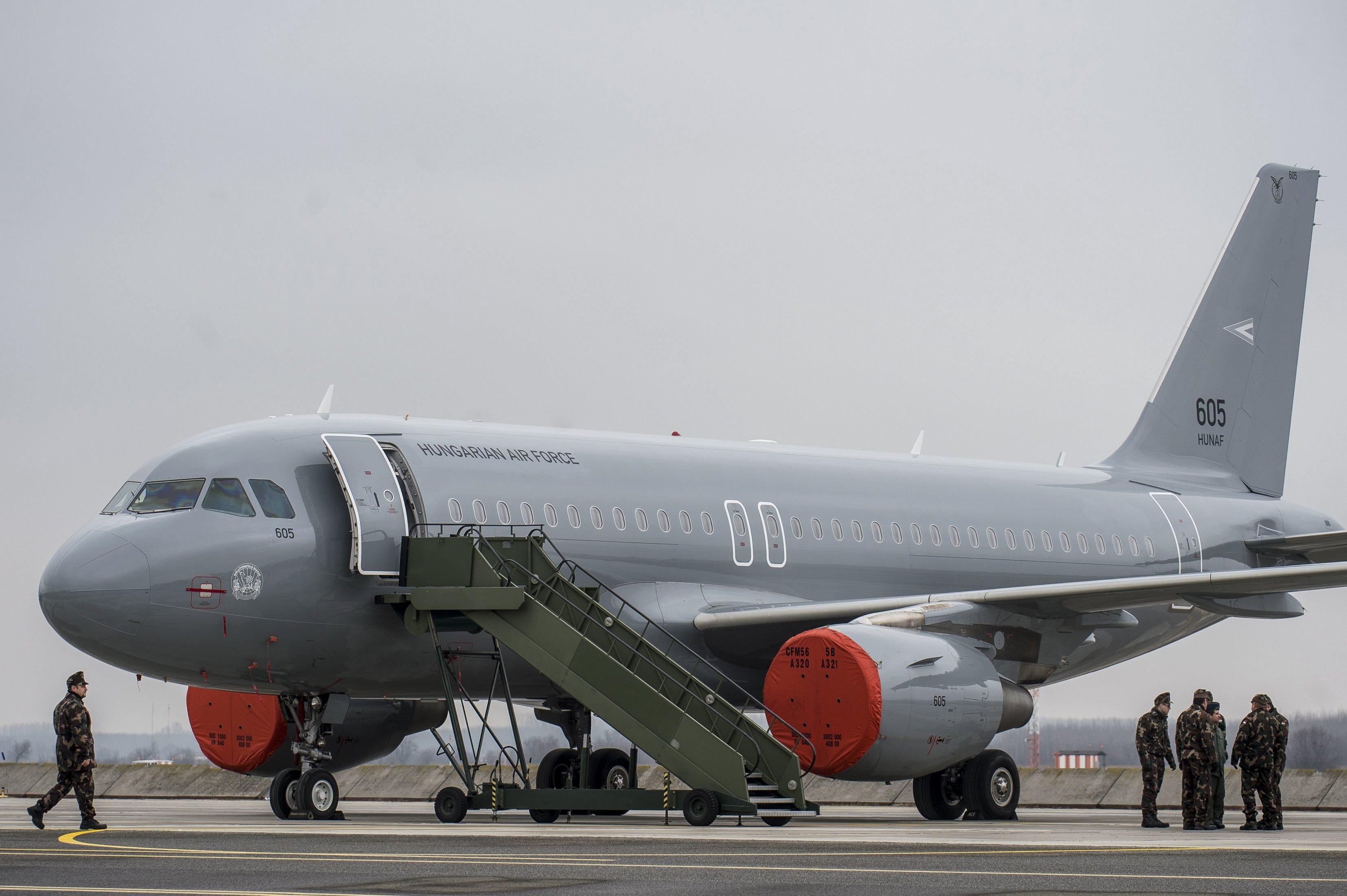 Megérkezett a magyar kormány két új repülőgépe, szép szürkék lettek