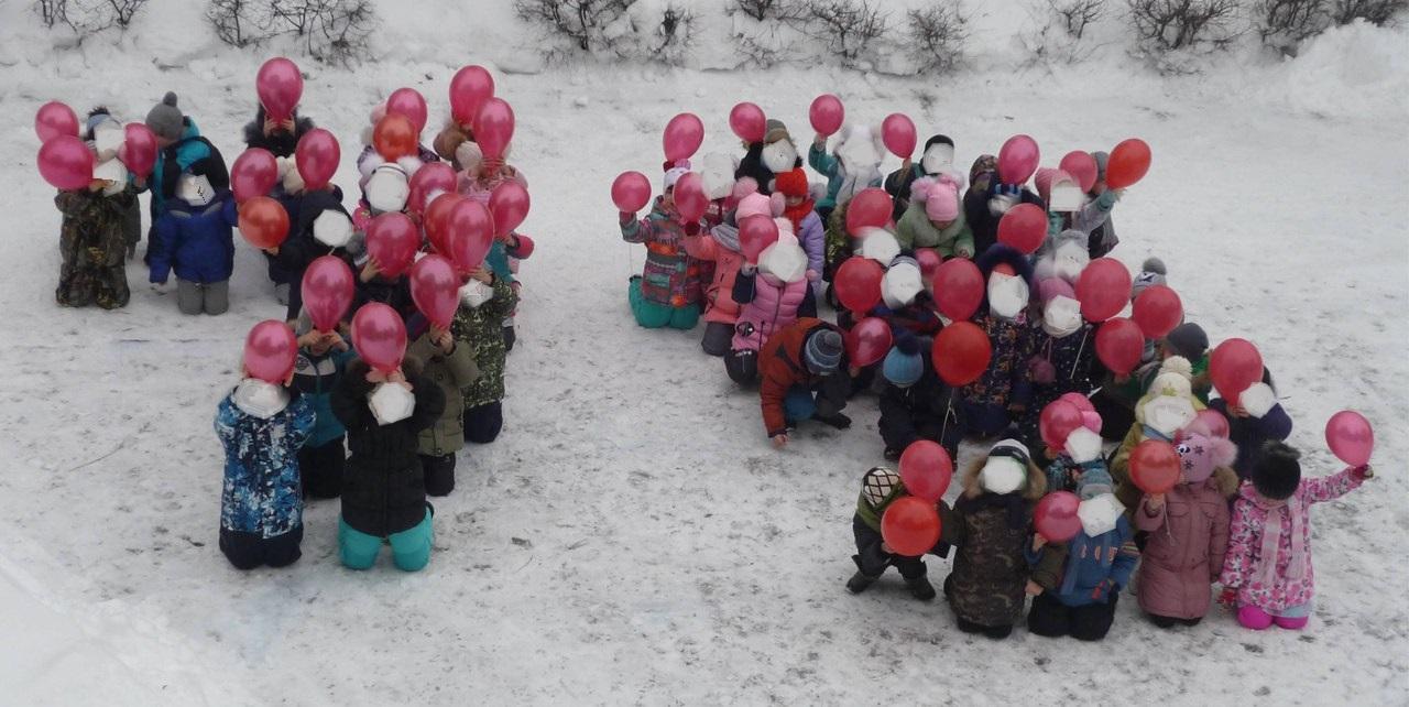 Az oroszok átvették a csepregi polgármester ötletét, és óvódásokat térdeltettek a hóba az ünnepségen
