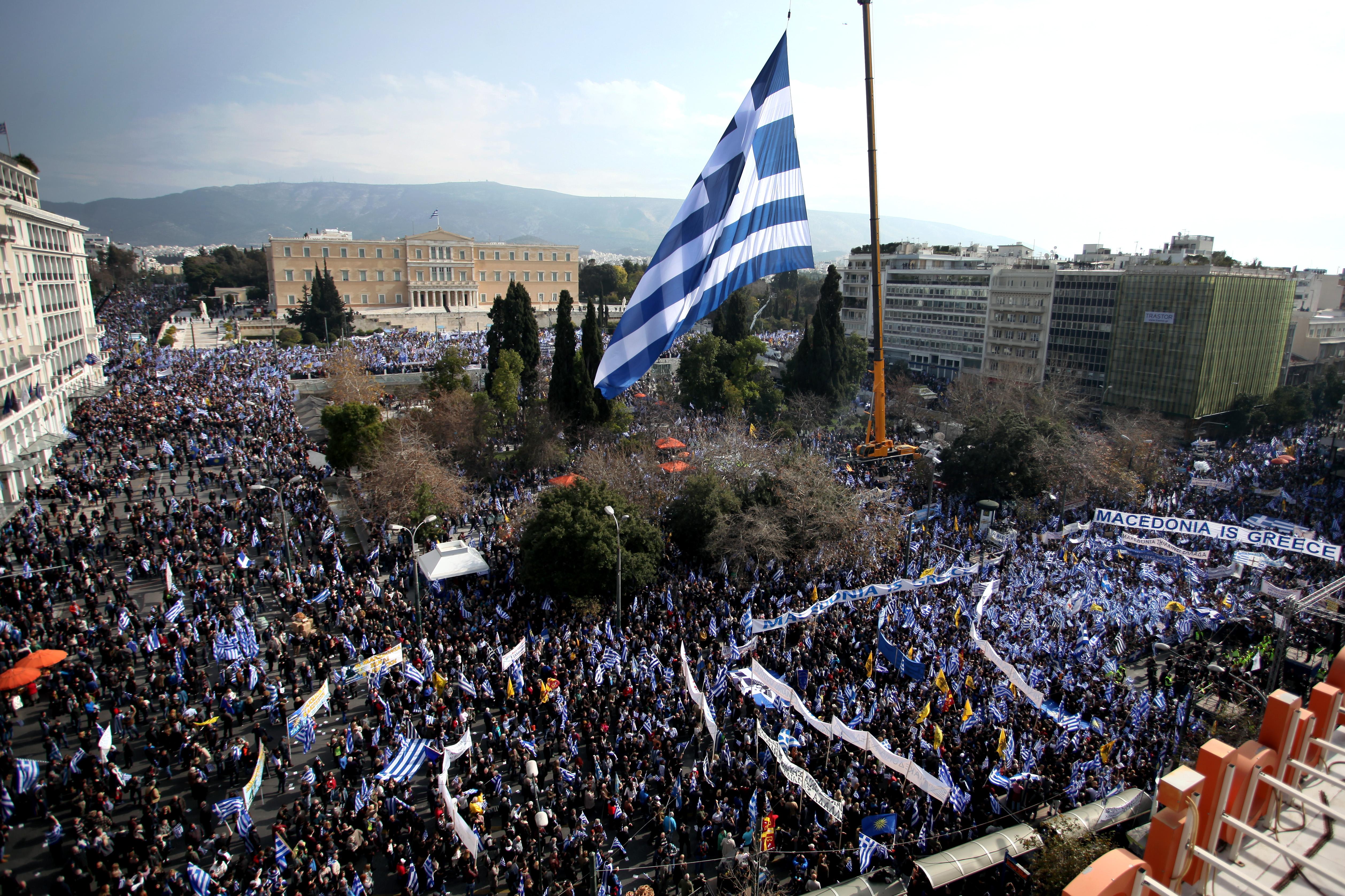 Több mint 100 ezren tüntettek Athénban, hogy a görög kormány ne engedjen Macedóniának a névvitában