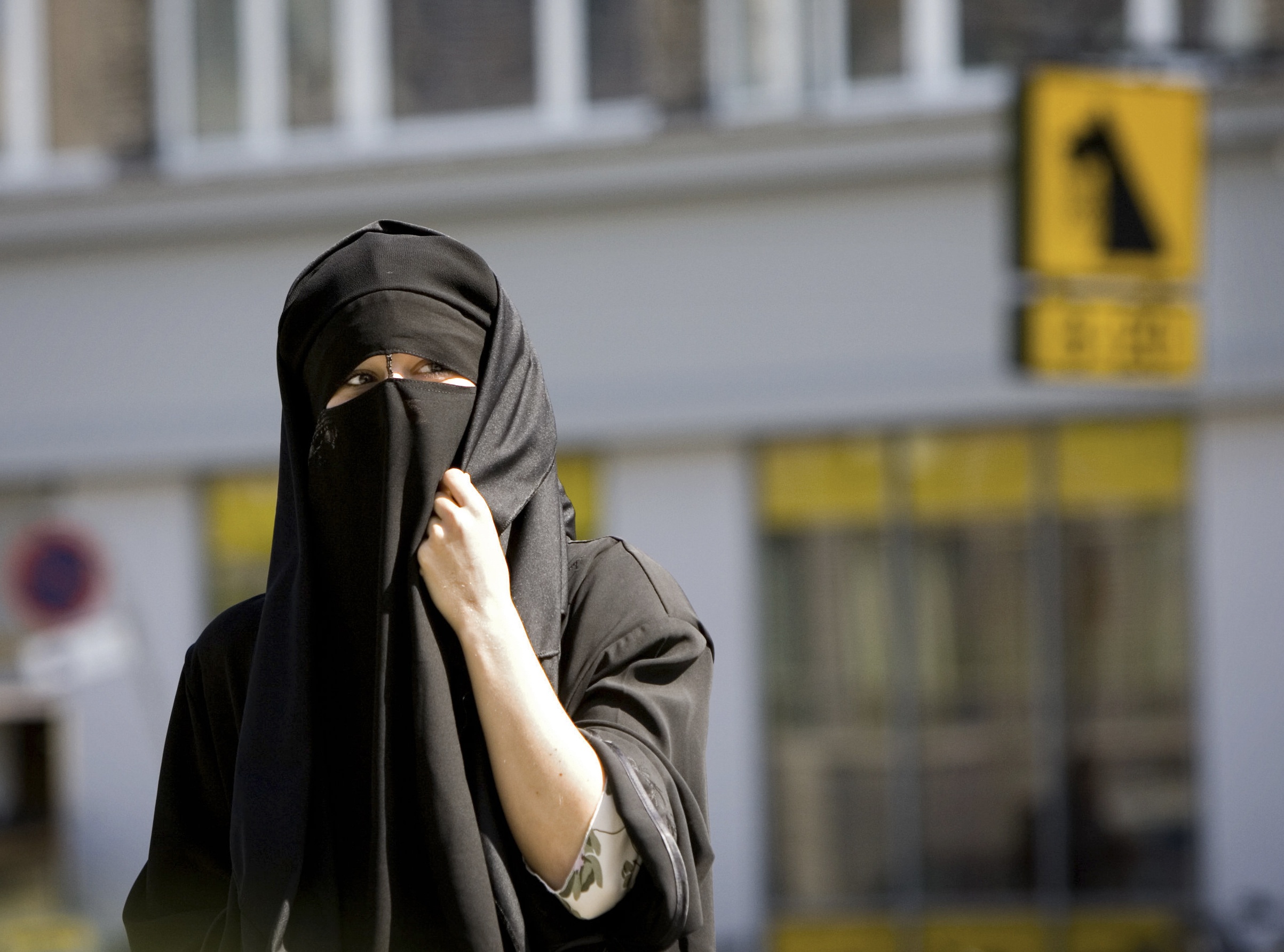 Először büntettek nikábot viselő nőt Dániában