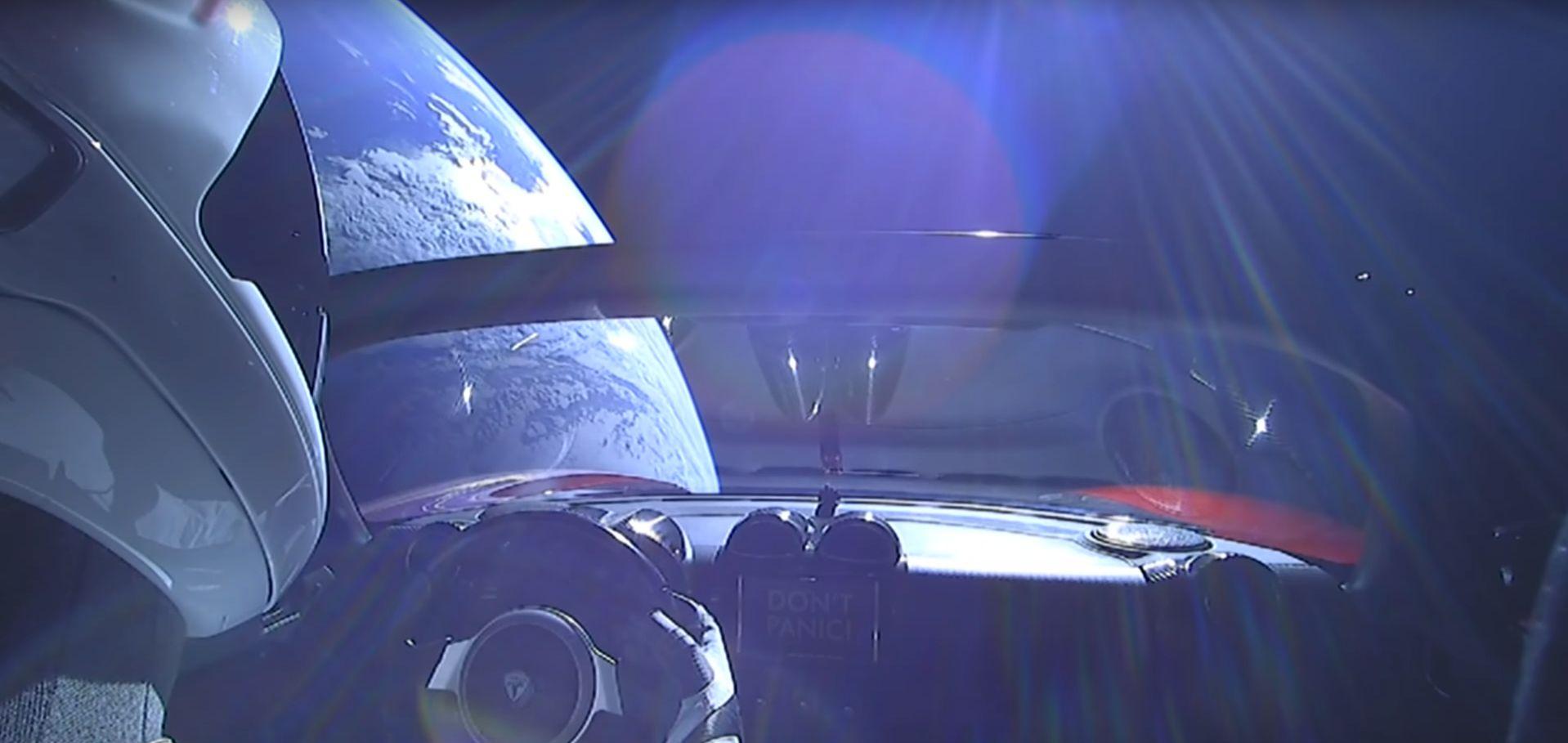 Nagyon szépen forog az űrben Elon Musk levetett Teslája
