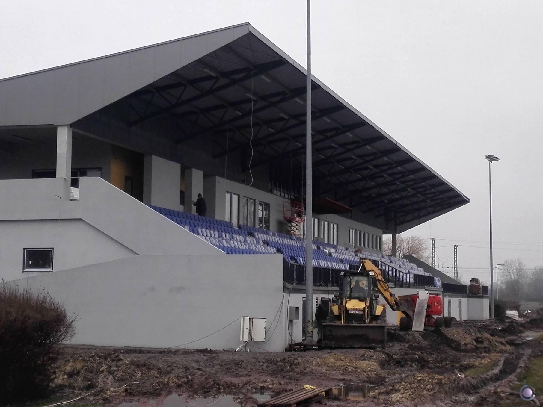 Lógó kábelek, munkagépek, sártenger - nem készült el időre a ceglédi stadion 400 milliós lelátója