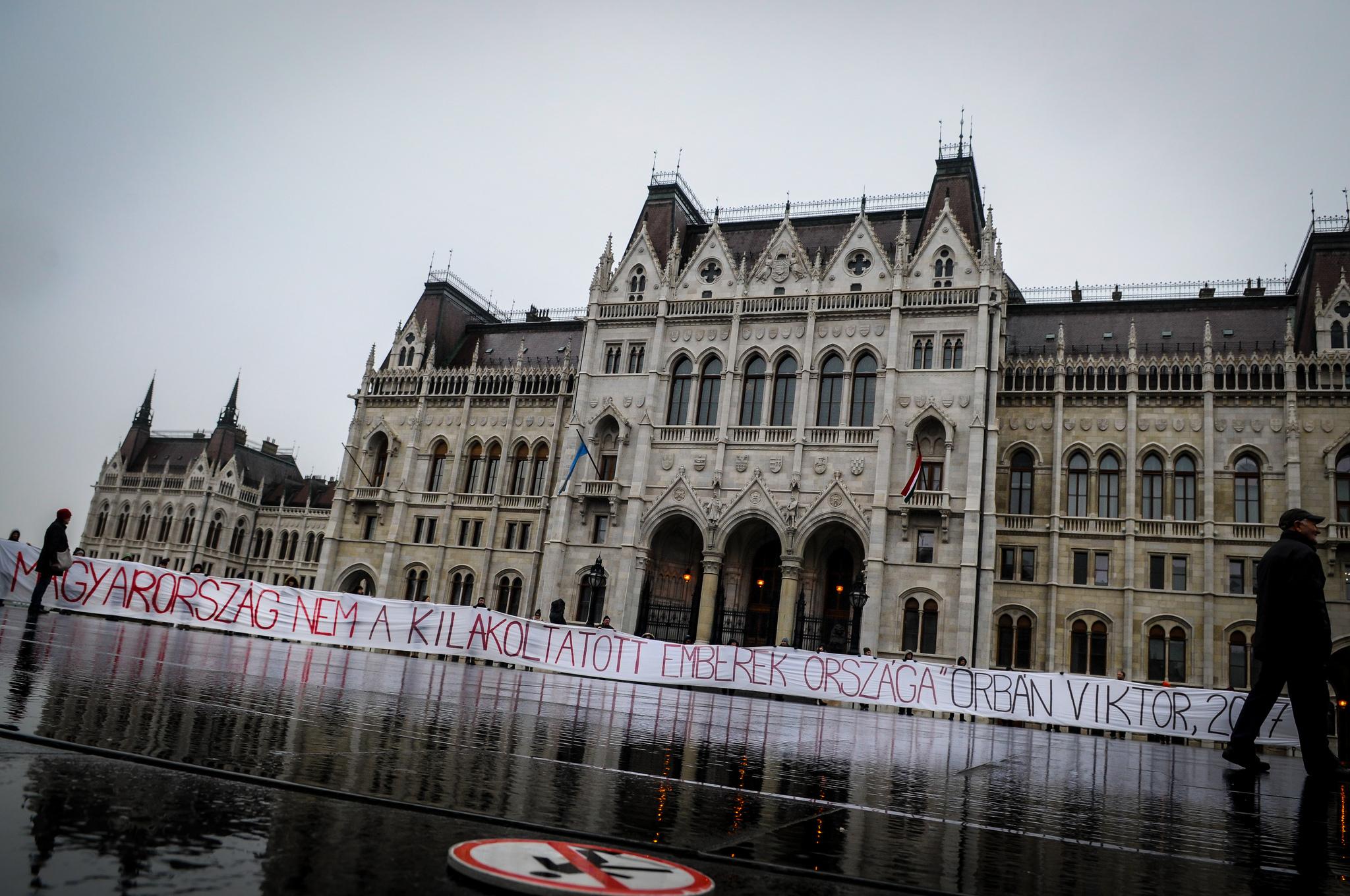 Hétfőn dönti el a Fidesz, hogy a választás után kilakoltathatnak-e gyerekes családokat