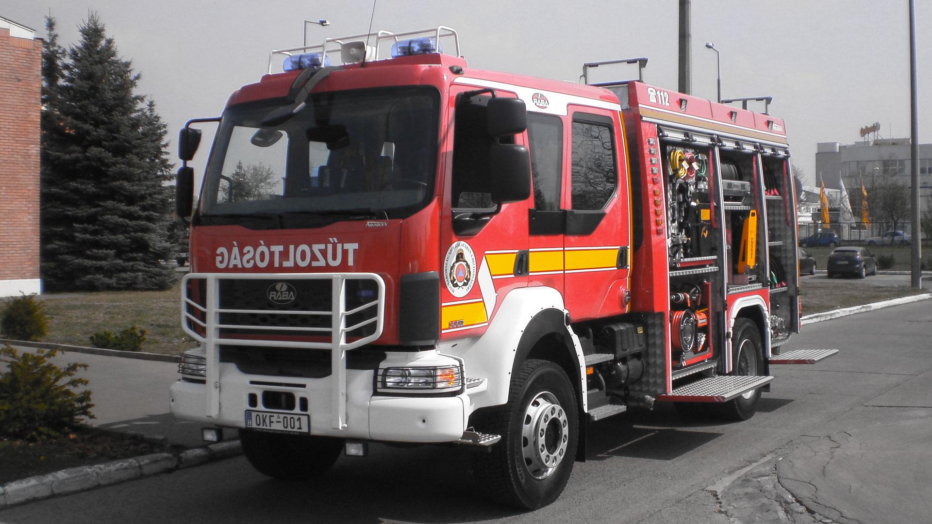 Hatalmas tűz lángol egy jászberényi ipartelepen