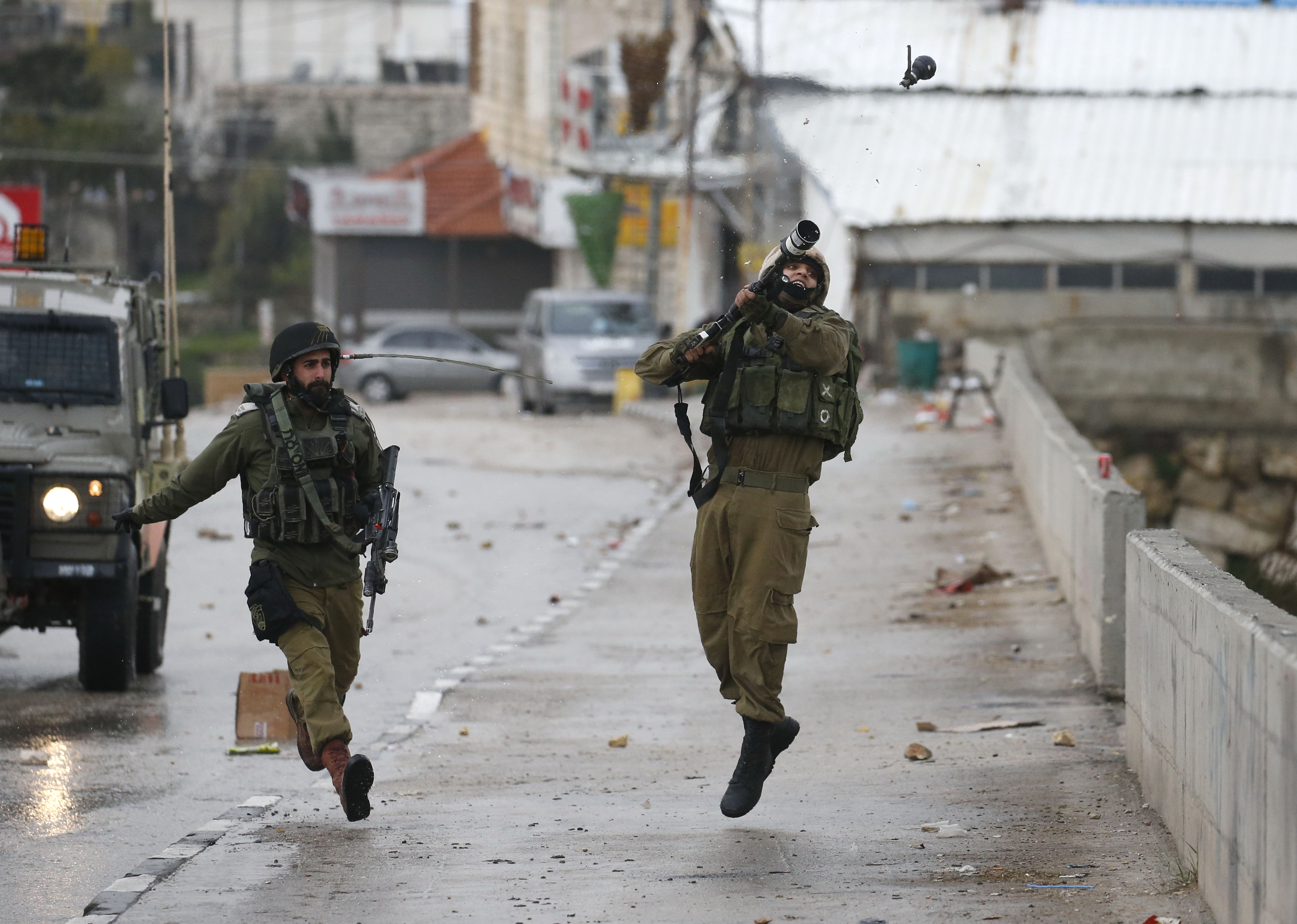 Négy izraeli katona megsebesült a gázai határkerítésnél, majd a légierő csapást mért a Hamász két kiképzőtáborára