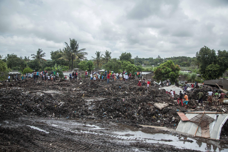 Mozambikban összedőlt egy háromemeletes szeméthegy, és maga alá temetett féltucatnyi lakóházat