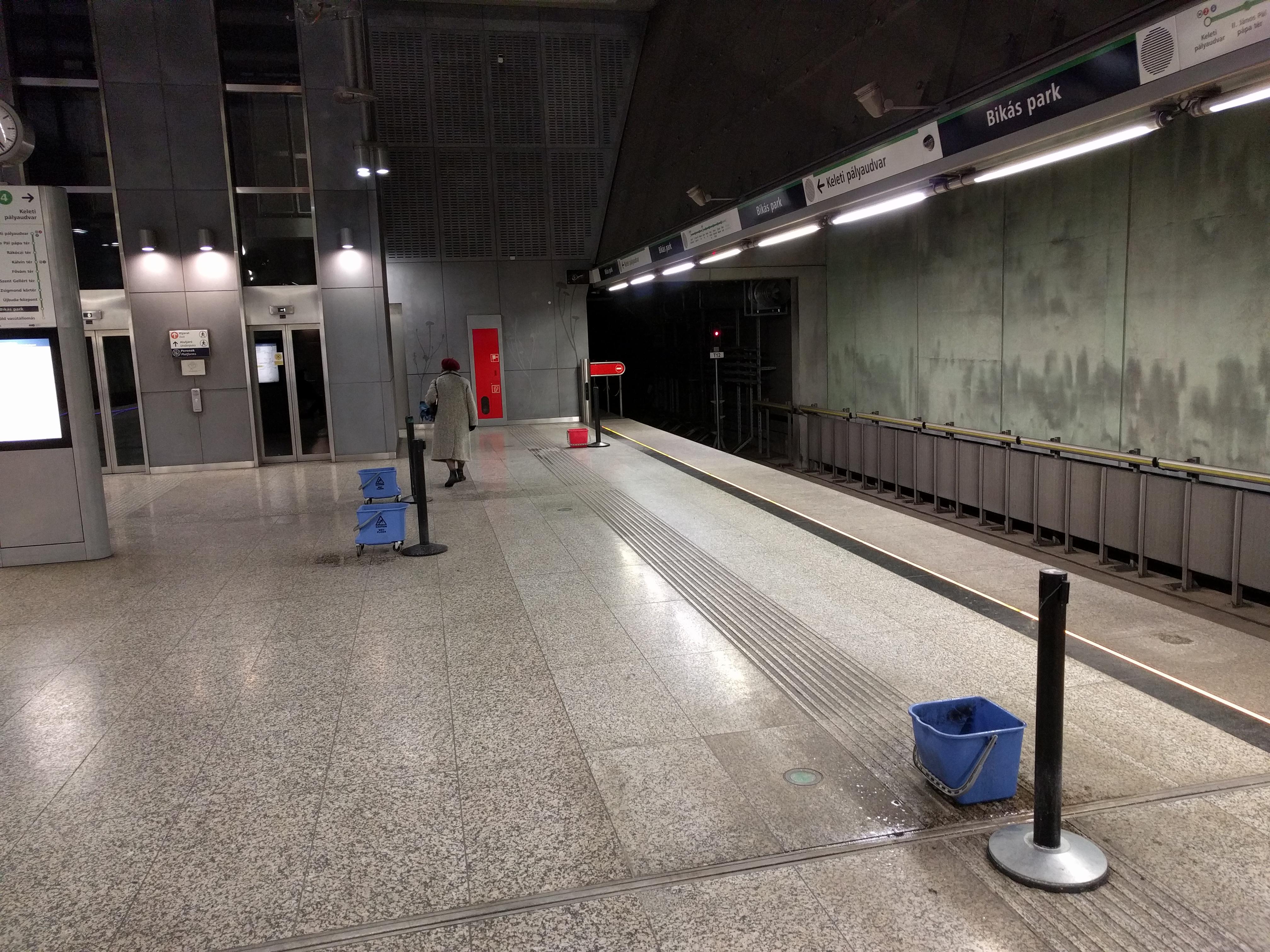 Ázik a metró a Bikás Parknál