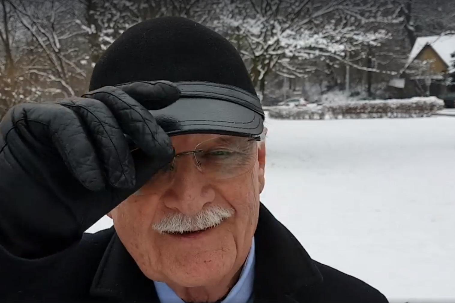 Balázs Péter egy újabb pompás kampányvideóban emeli meg a kalapját Varga Mihály előtt