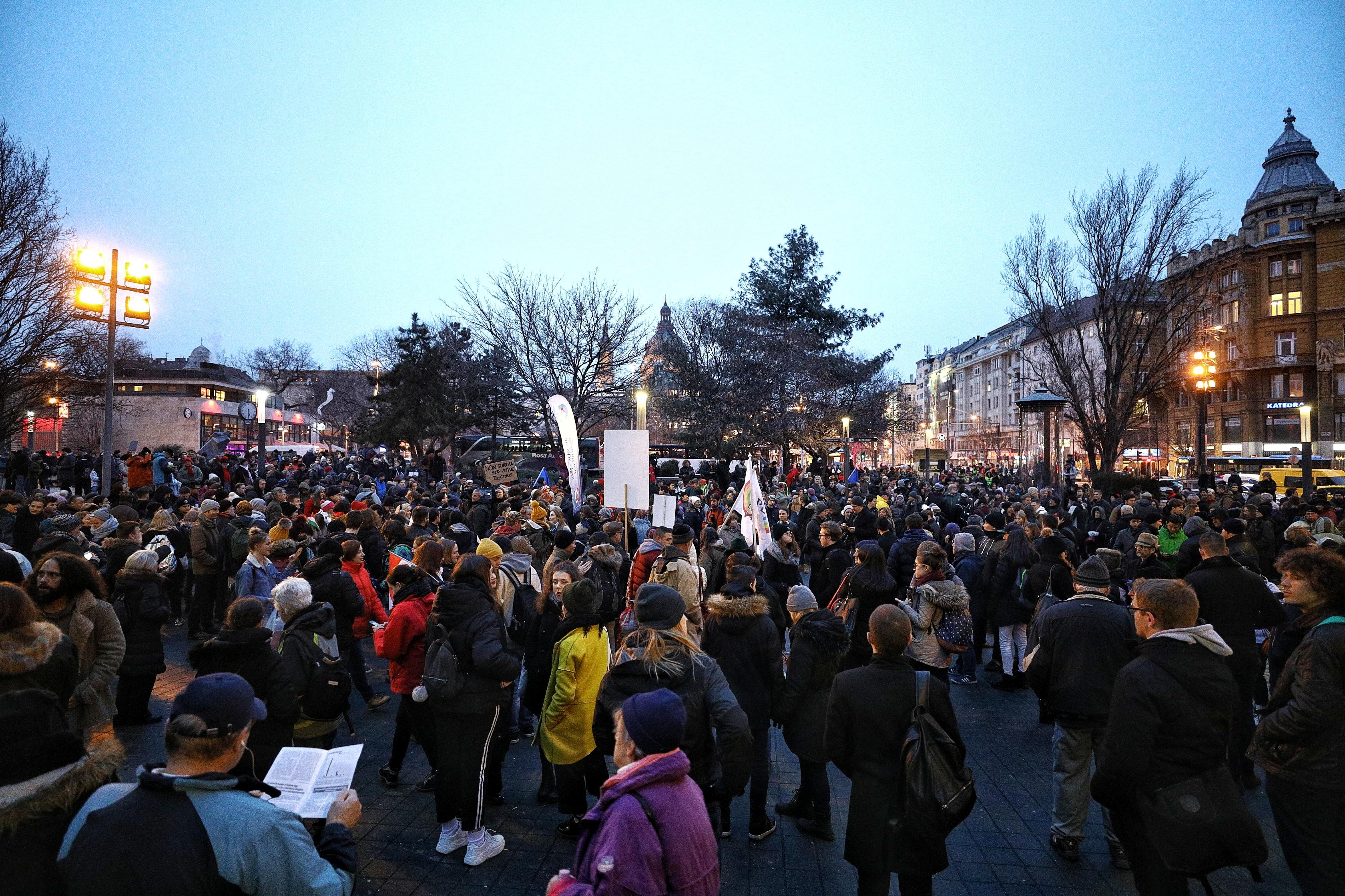 Több ezren tüntettek a Kossuth téren a modernebb közoktatásért