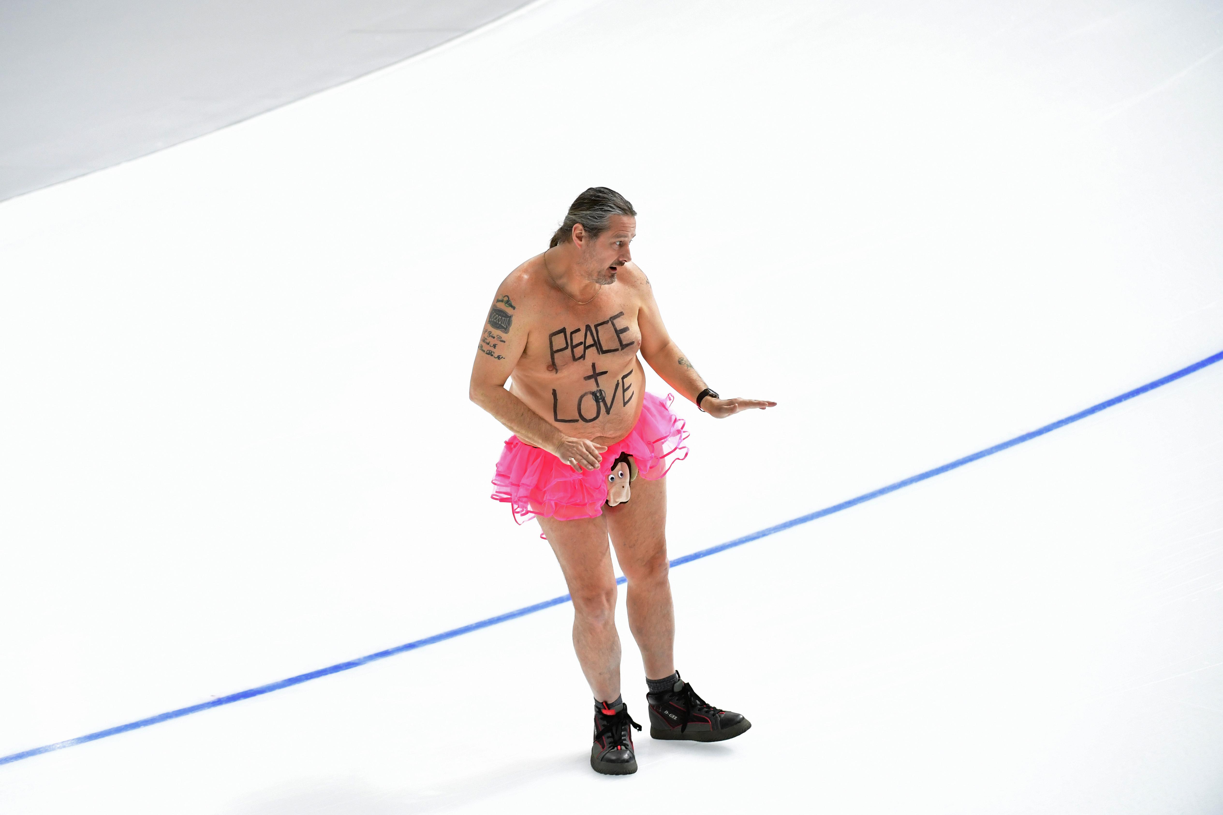 Rózsaszín tütüben, majommal a farkán, cipőben táncolt a jégen egy meztelen férfi Phjongcshangban
