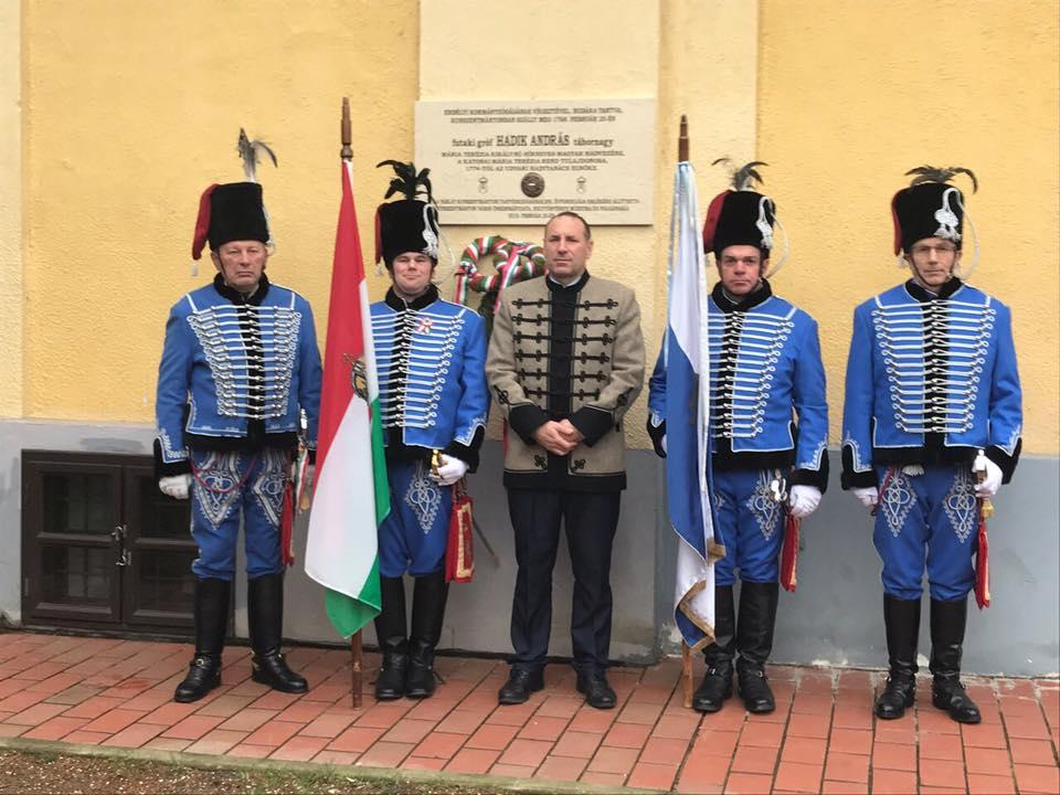 """Mezőtúron olyan erdélyi fiatalok gyűjtenek aláírásokat a Fidesznek, akik szolnokinak mondják magukat, fizetést sem kapnak, és egy Izraelről kérdező, """"Allah akbar!""""-t ordító férfi követi őket román rendszámú kisbusszal"""