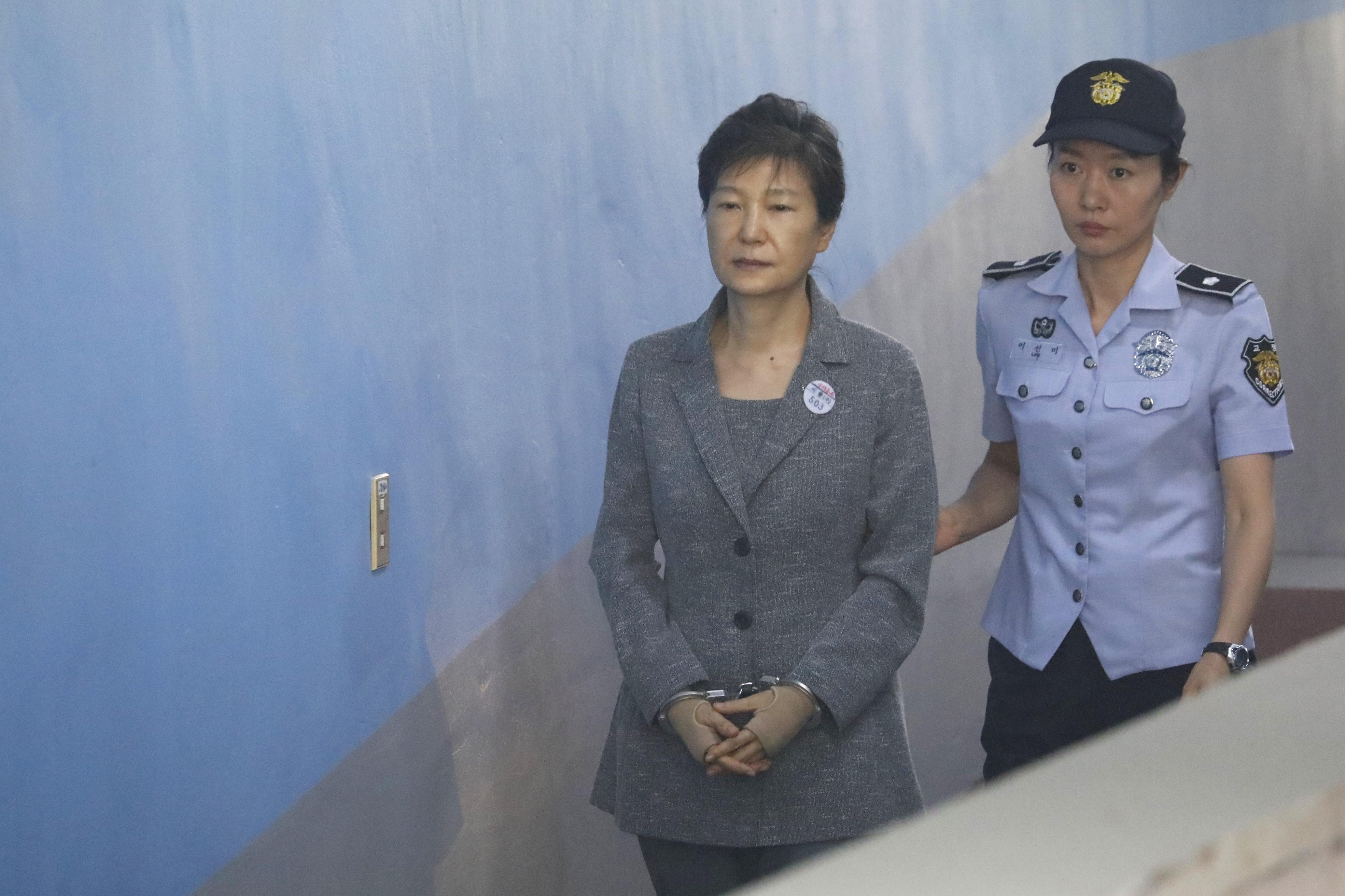 A volt dél-koreai elnökre a 24 év börtönön felül még 15-öt kért az ügyészség