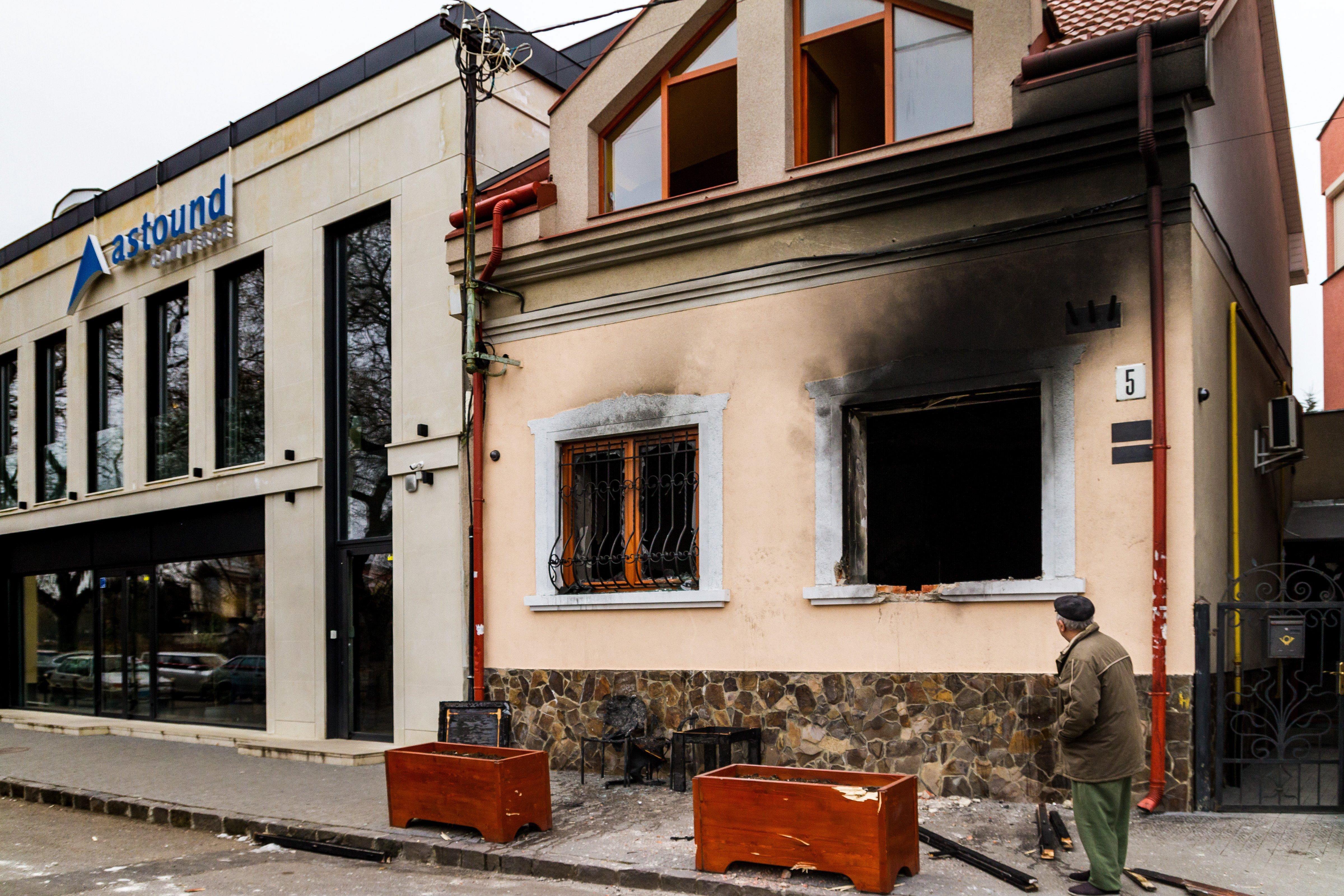 Szélsőjobbos, oroszbarát német újságíró adhatott utasítást a Kárpátaljai Magyar Kulturális Szövetség irodájának felgyújtására