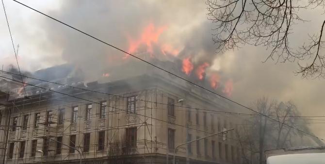 Óriási lángokkal gyulladt ki az adóhivatal épülete Kassán