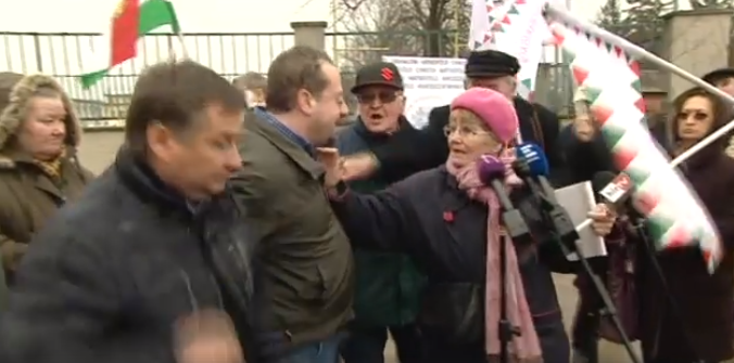 Feldühödött nyugdíjasok ostromolták meg az ellenzéki politikust, aki a róla szóló hazugságokat akarta volna számon kérni a fideszes politikuson