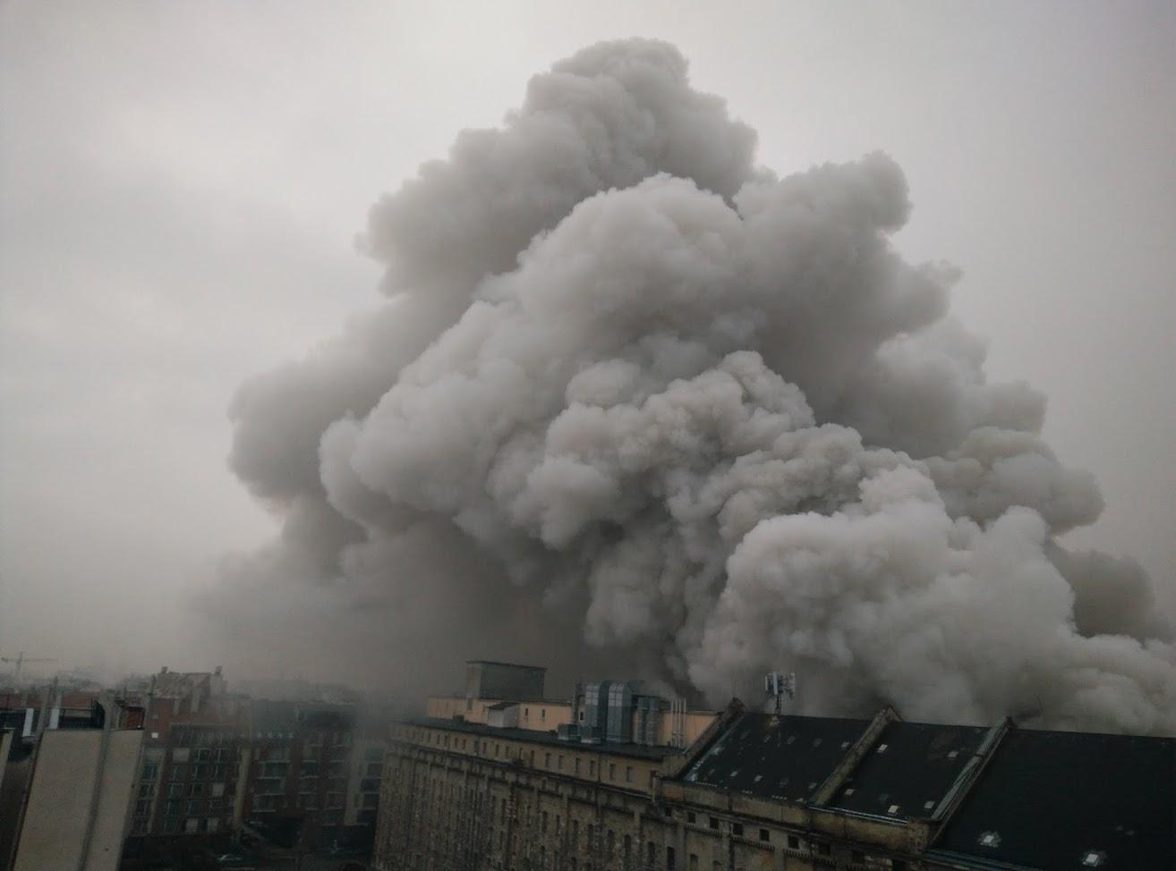 45 tűzoltó oltja a tüzet egy Soroksári úti raktárépületben