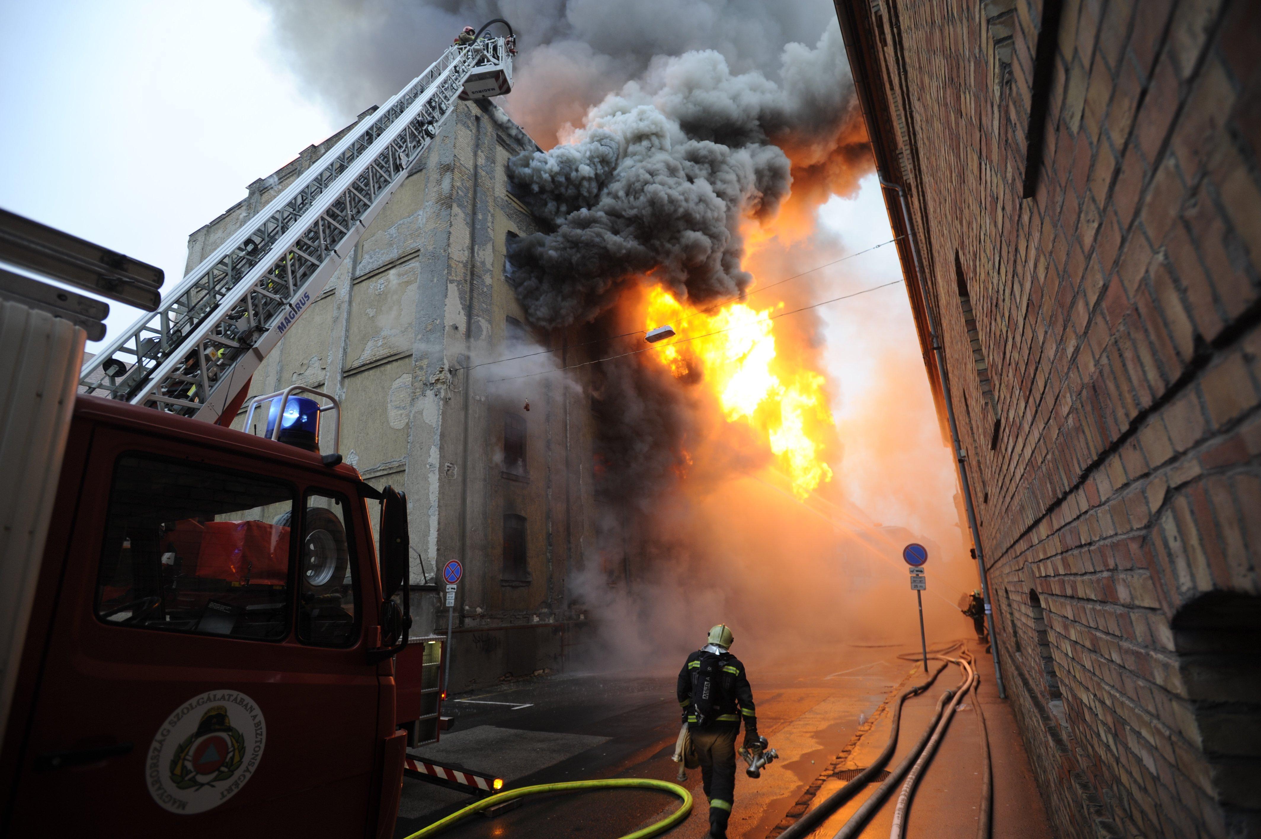 Eloltották a tüzet a Soroksári úti raktárépületben