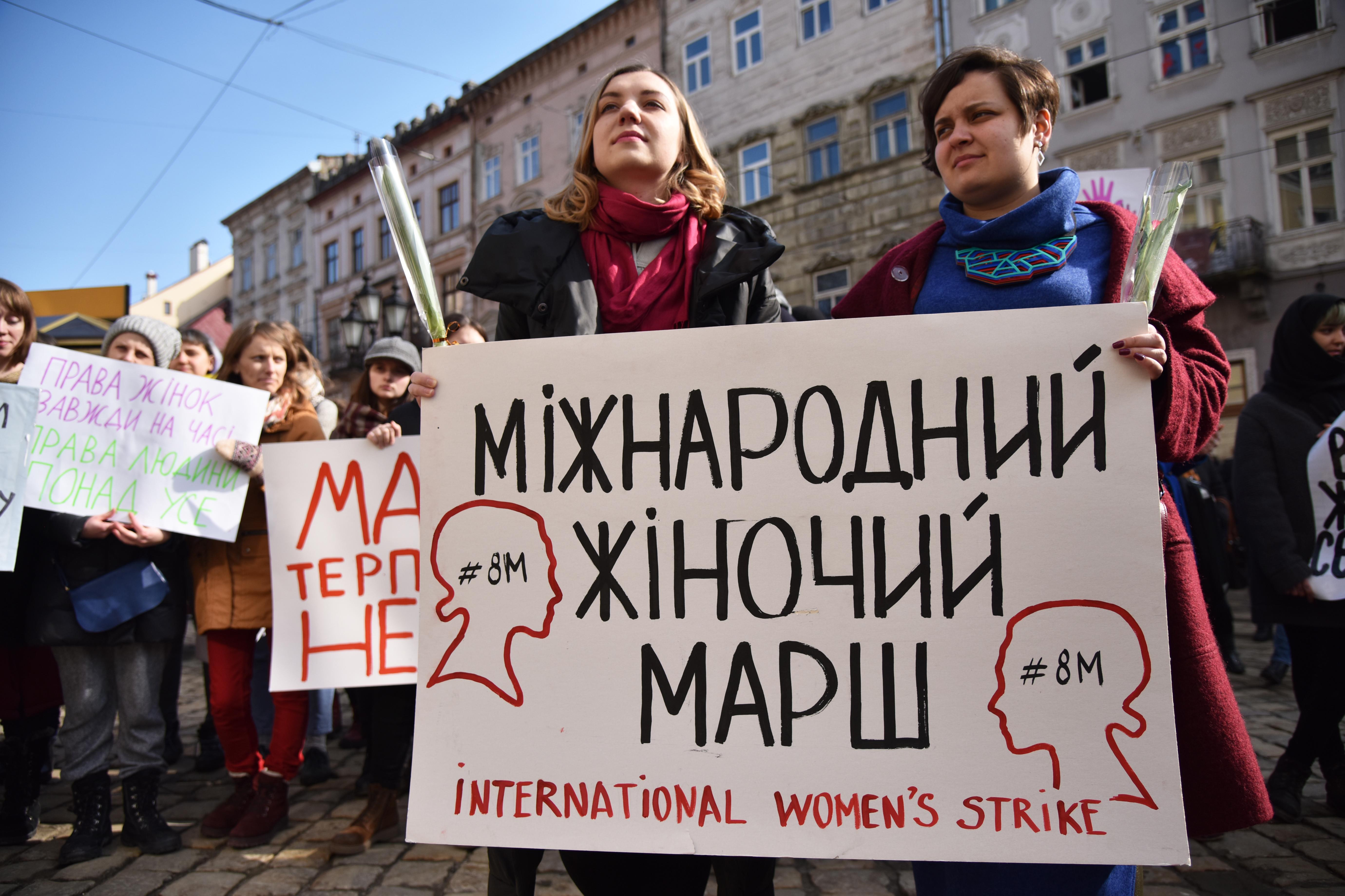 Vörös festékkel öntötték le a női egyenjogúságot követelő nőnapi rendezvény résztvevőit Ungváron