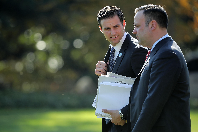 Súlyos pénzügyi bűncselekmény miatt nyomoznak Trump személyi titkára után, kirúgták a Fehér Házból