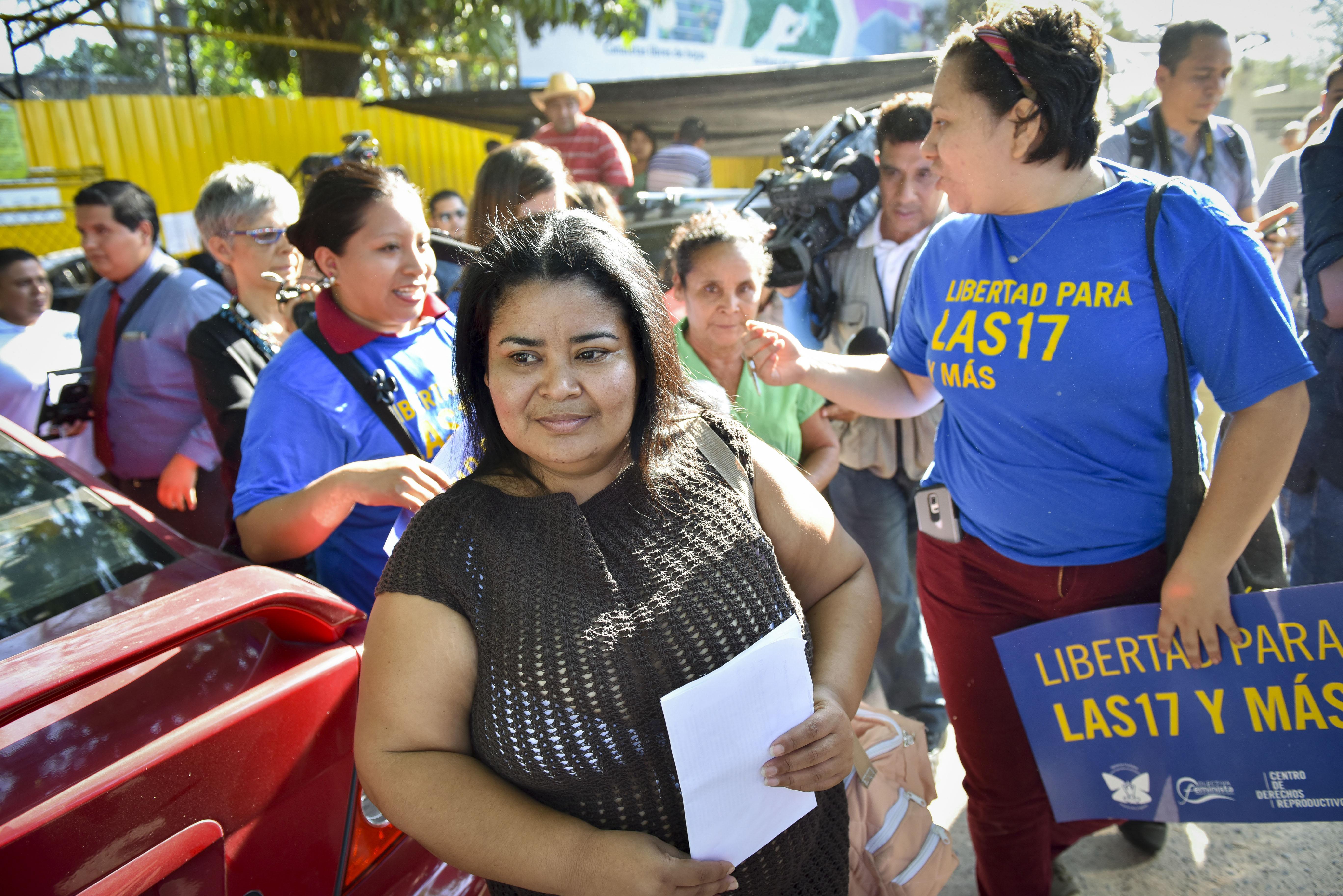 15 év után szabadon engedtek egy nőt El Salvadorban, akit korábban azért börtönöztek be, mert abortusza volt