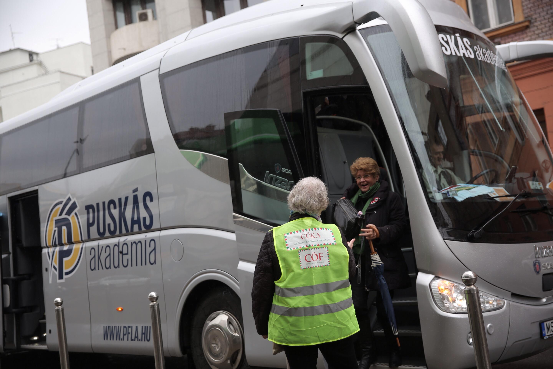 A Puskás Akadémia buszaival hozták fel a fideszeseket a Békemenetre