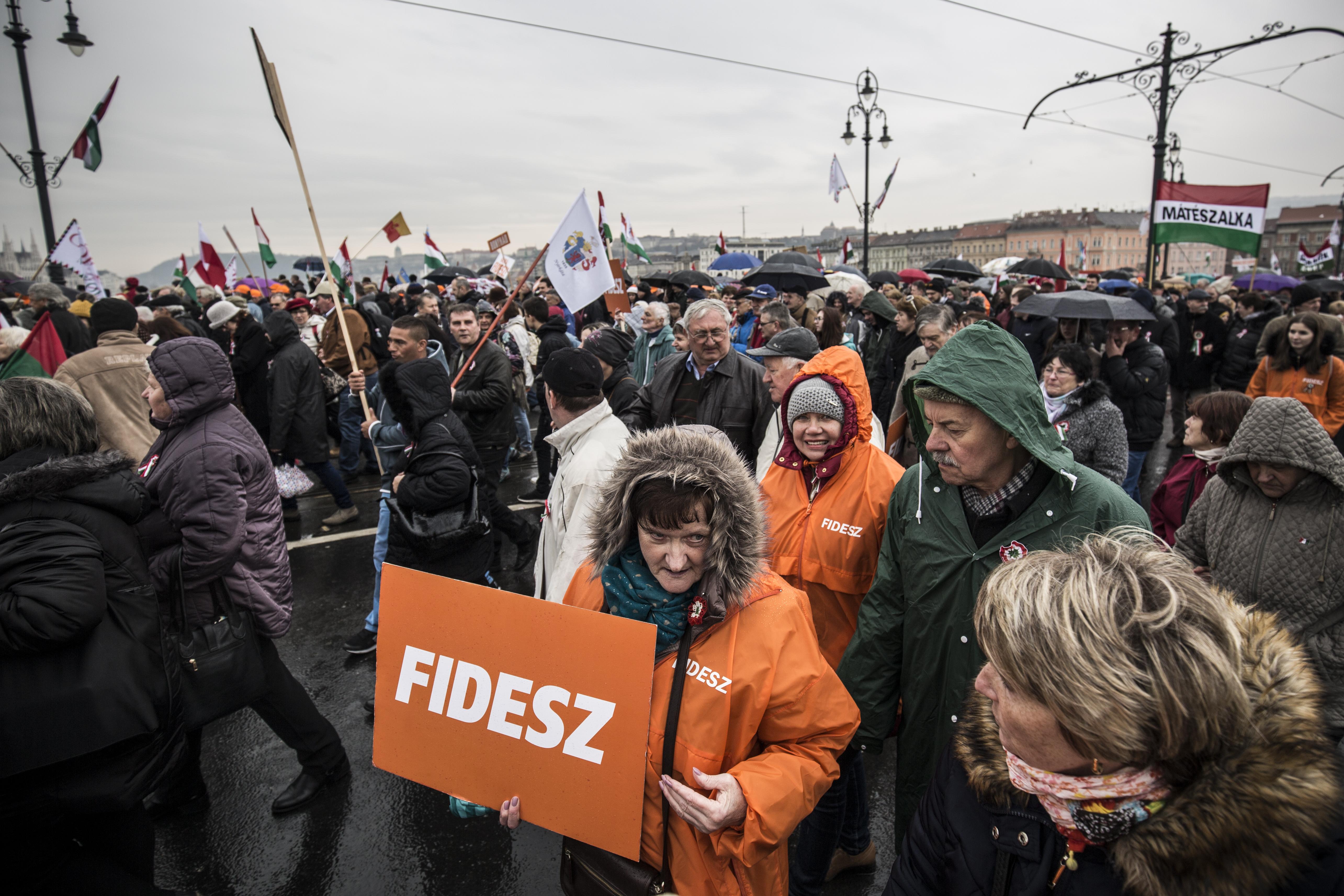Magyar Nemzet: Saját aktivistáit is ellenőrzi a Fidesz