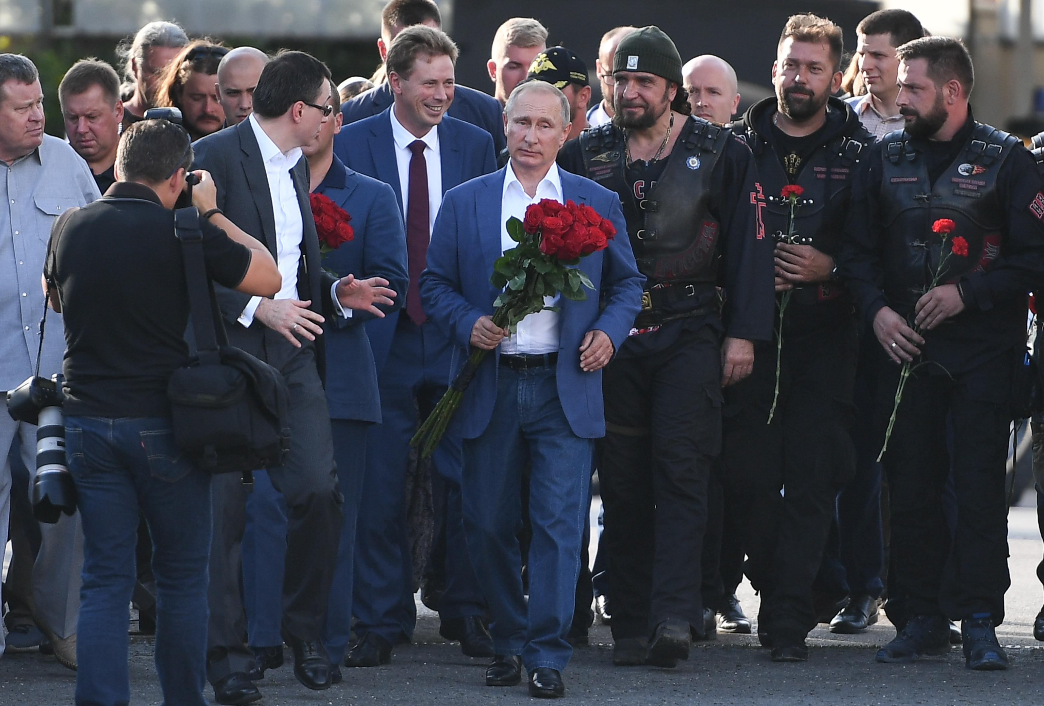 Nem engedték be Boszniába az orosz motorosbandát, akik nálunk simán parádézhattak vörös csillagos zászlóval