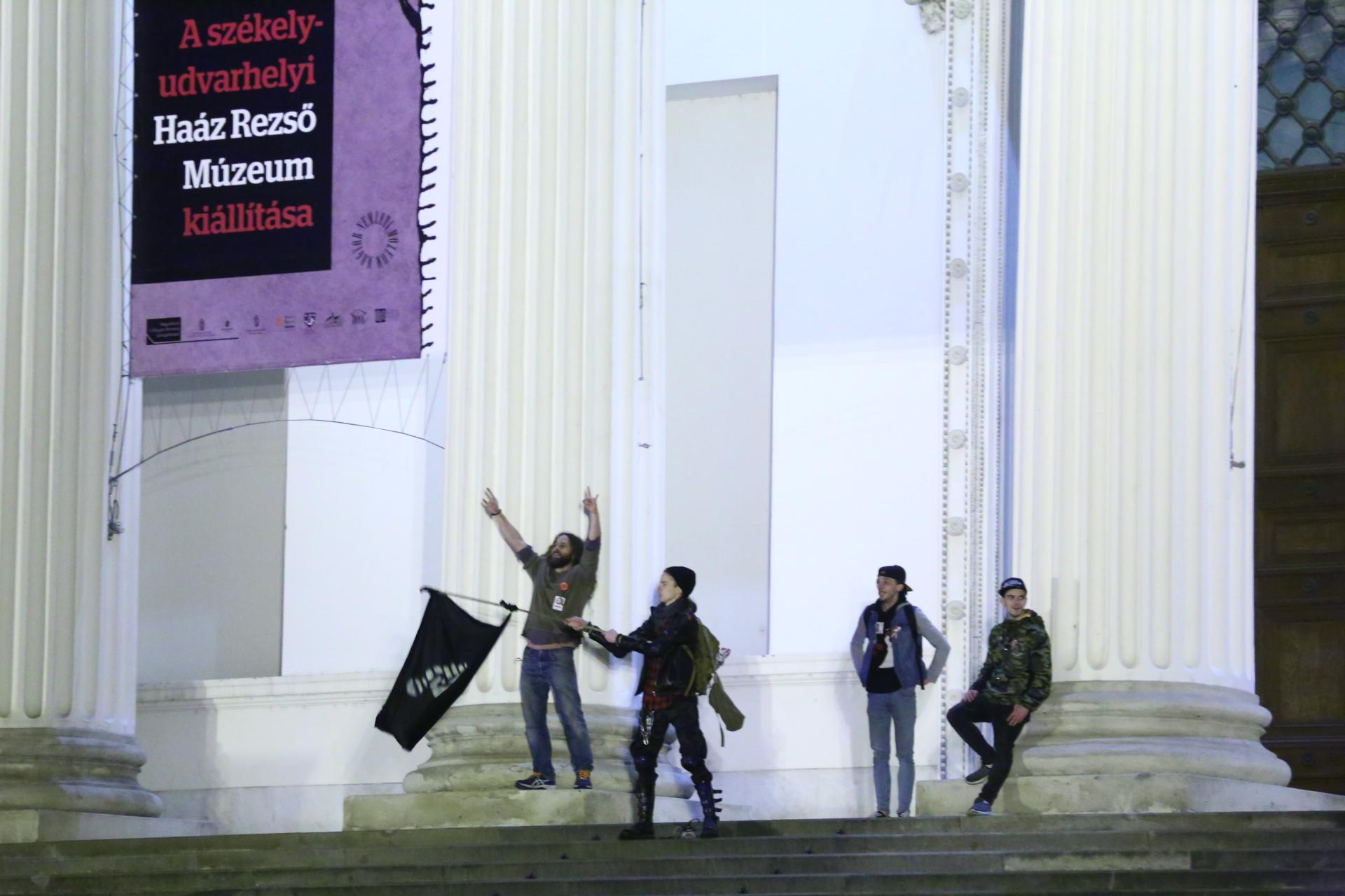 A Nemzeti Múzeum elé vonultak a diákok