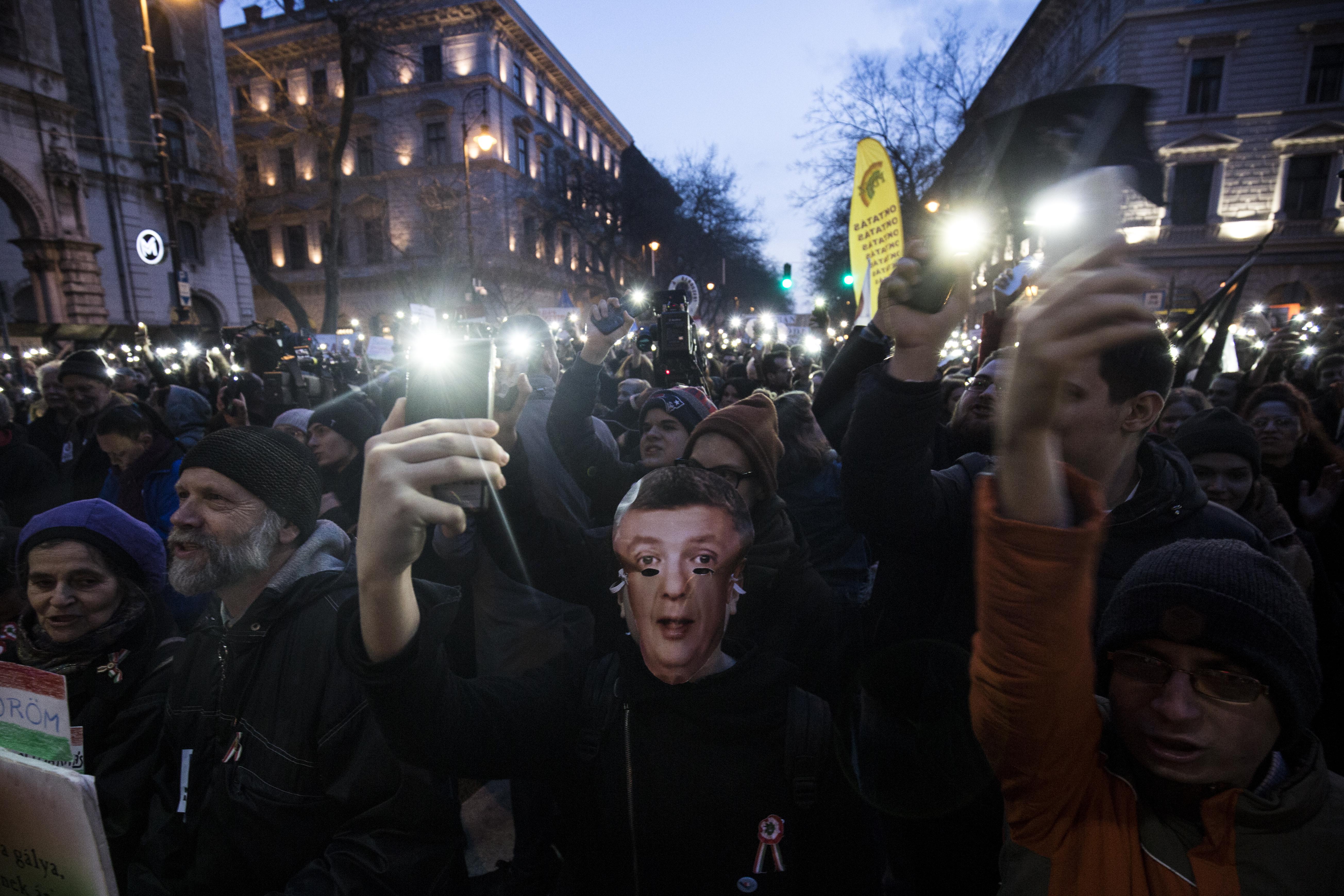 Sorra küldi a rendőrség az 50 ezres büntetéseket a diáktüntetéseken részt vevő fiataloknak, újságíróknak és fotósoknak
