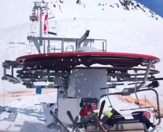 Közelről is látható, hogyan vadult meg a sílift Grúziában