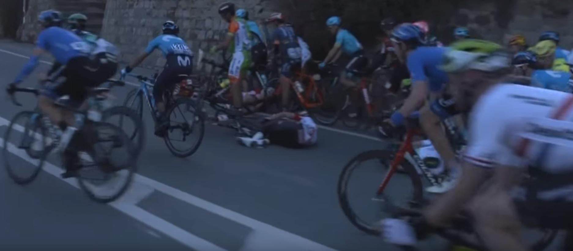 Mark Cavendish úgy telibe kapott egy cölöpöt a Milánó-Sanremo kerékpárversenyen, hogy lerepült a biciklijéről