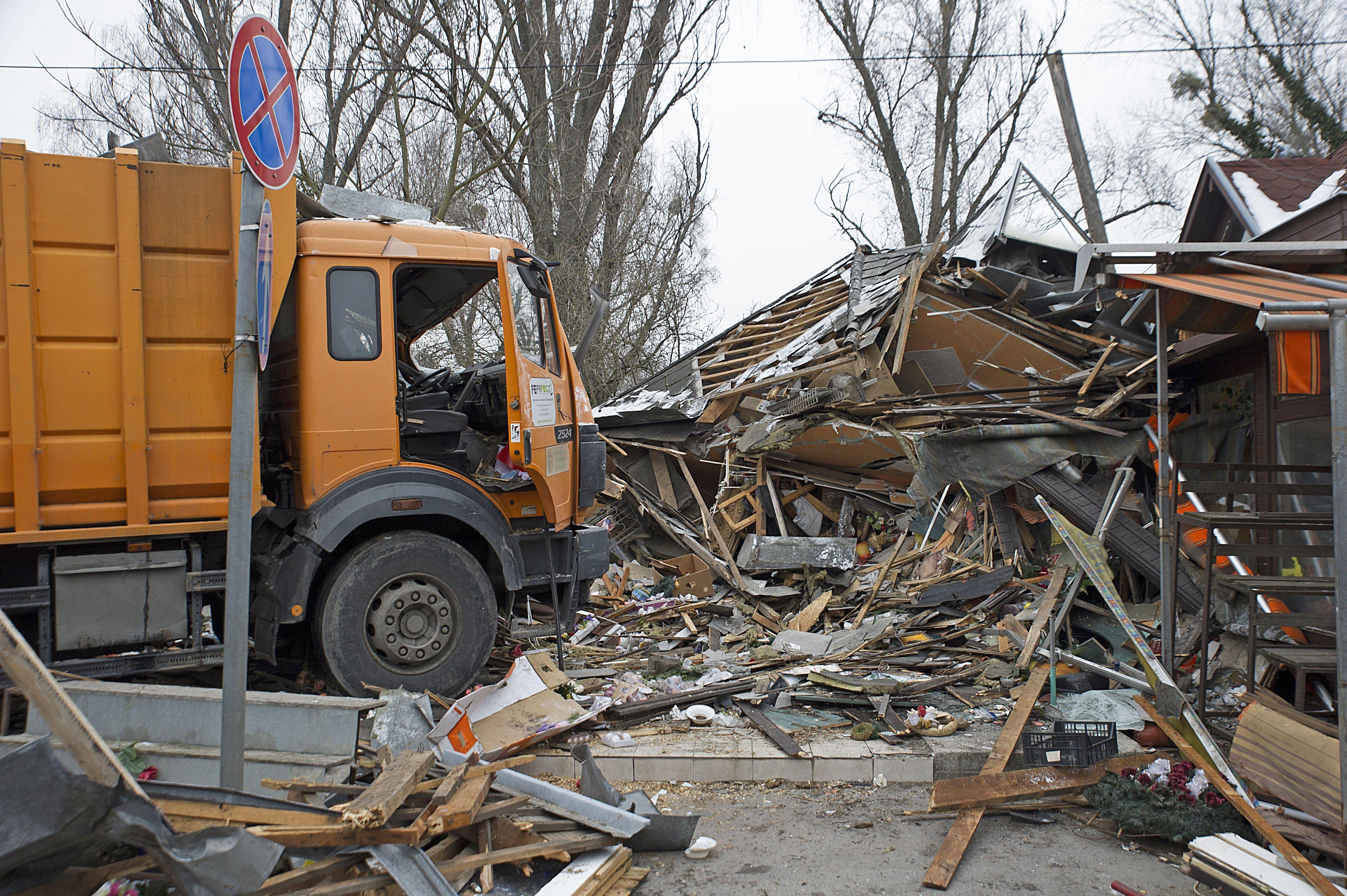 Letarolt két virágboltot egy kukásautó Újpesten