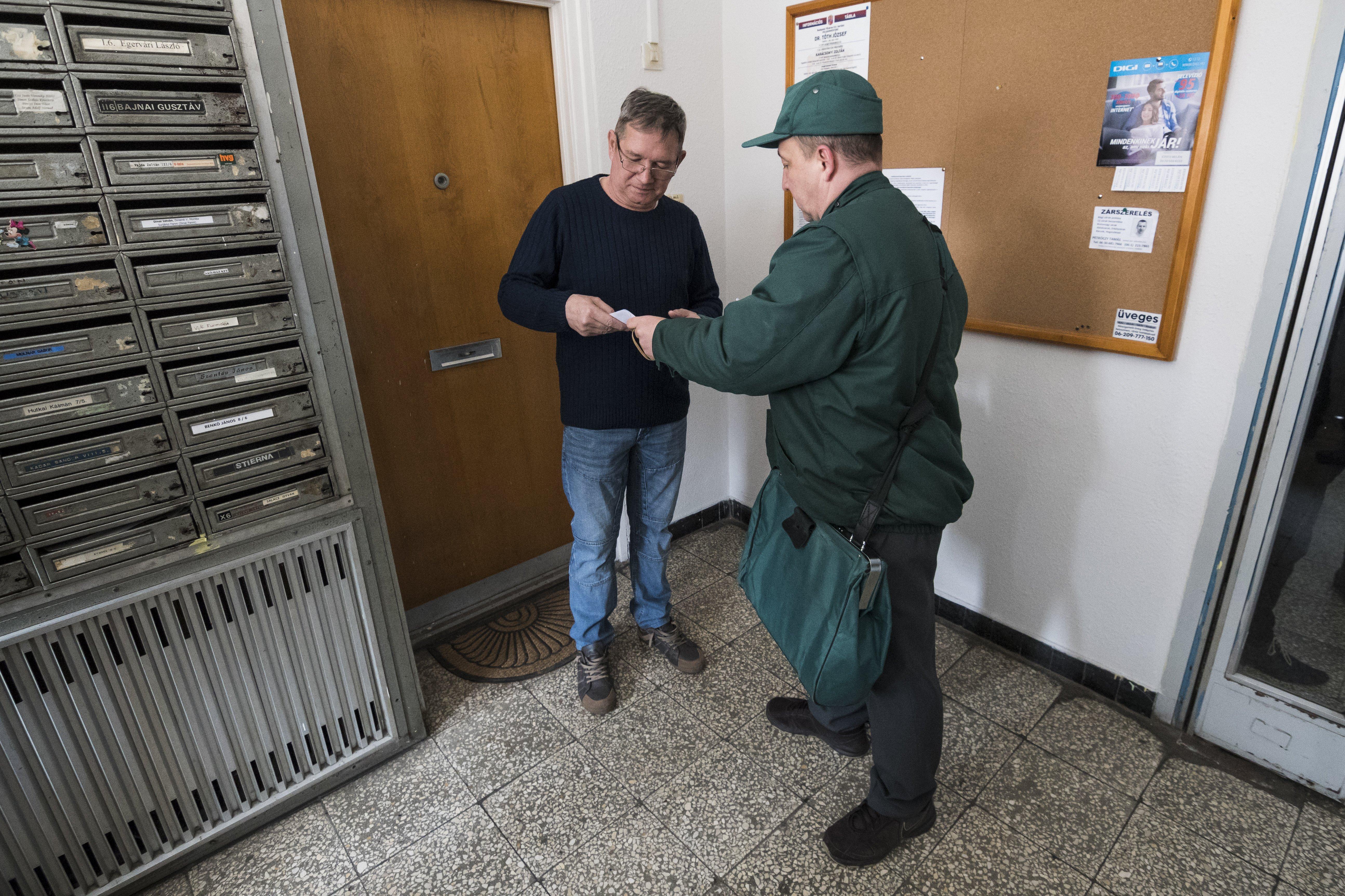 Az önkormányzati választások előtt minden nyugdíjas megkapja a rezsiutalványt