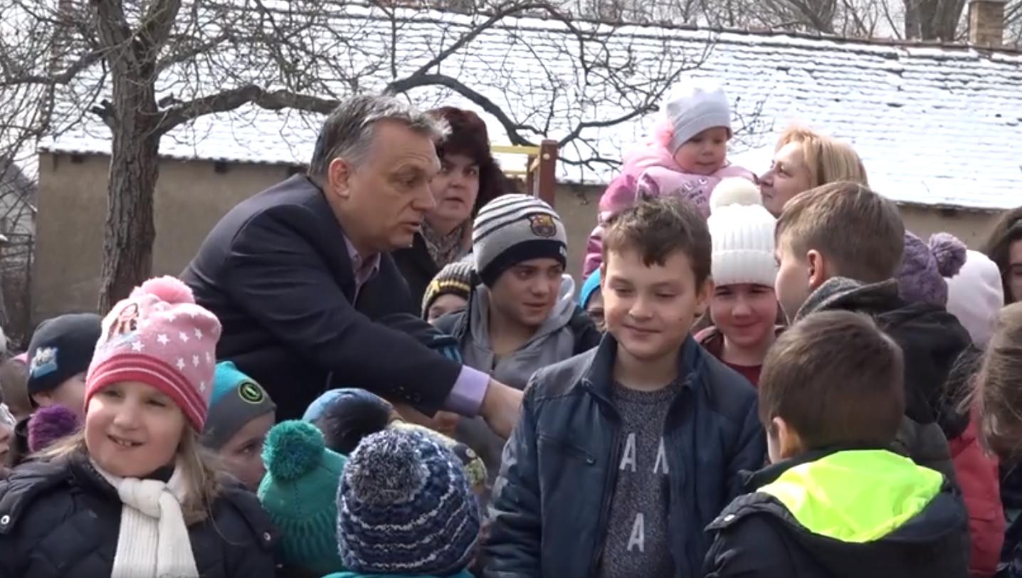 """""""Miniszterelnök bácsinak mutatkozzál be!"""" - Orbán Viktor óvodában járt"""