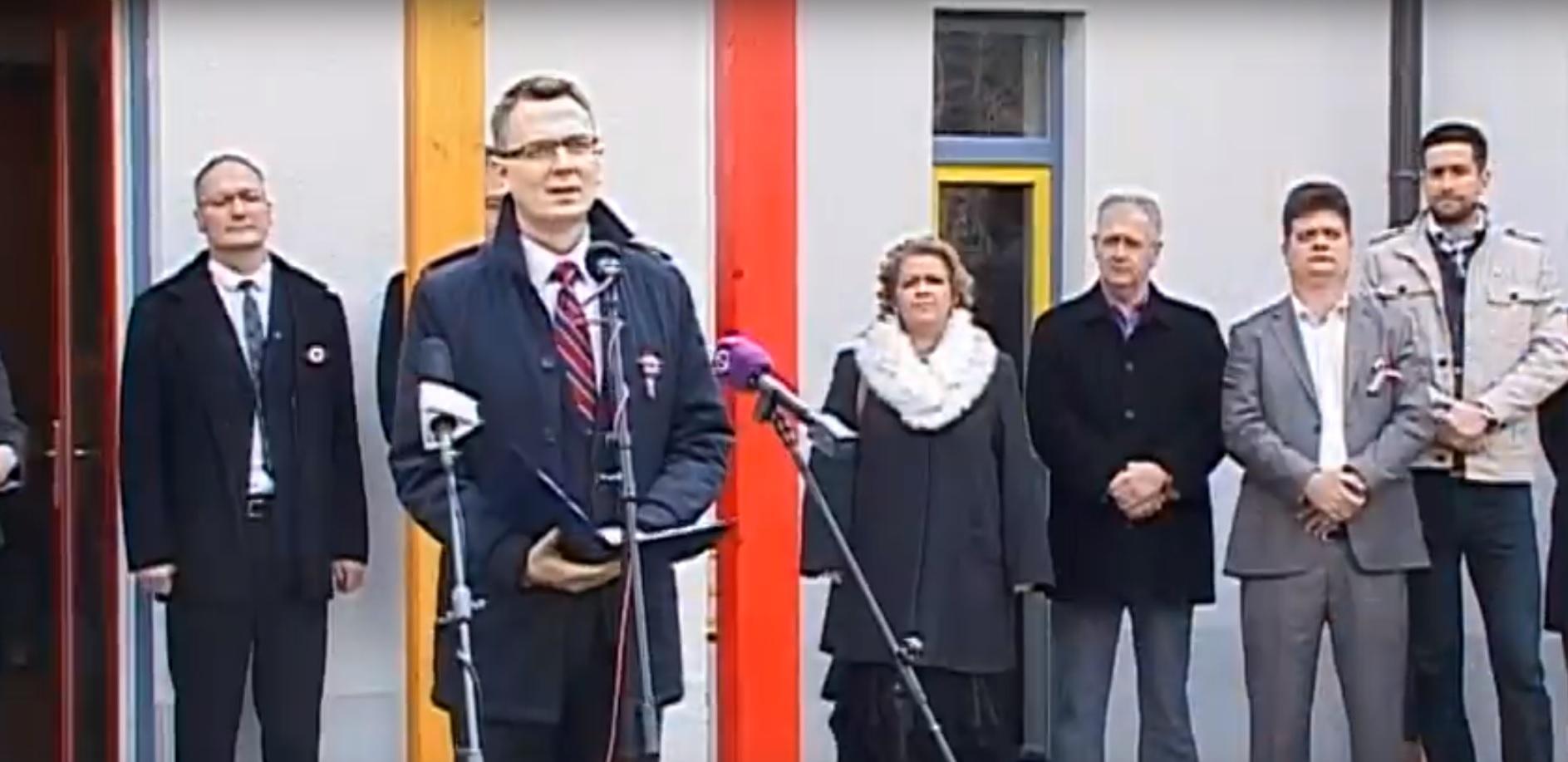 Győztek az óvodások: elmaradt a kismarosi óvoda pályaátadója, ahol Rétvári Bence villogott volna a biodíszletnek használt négyévesekkel