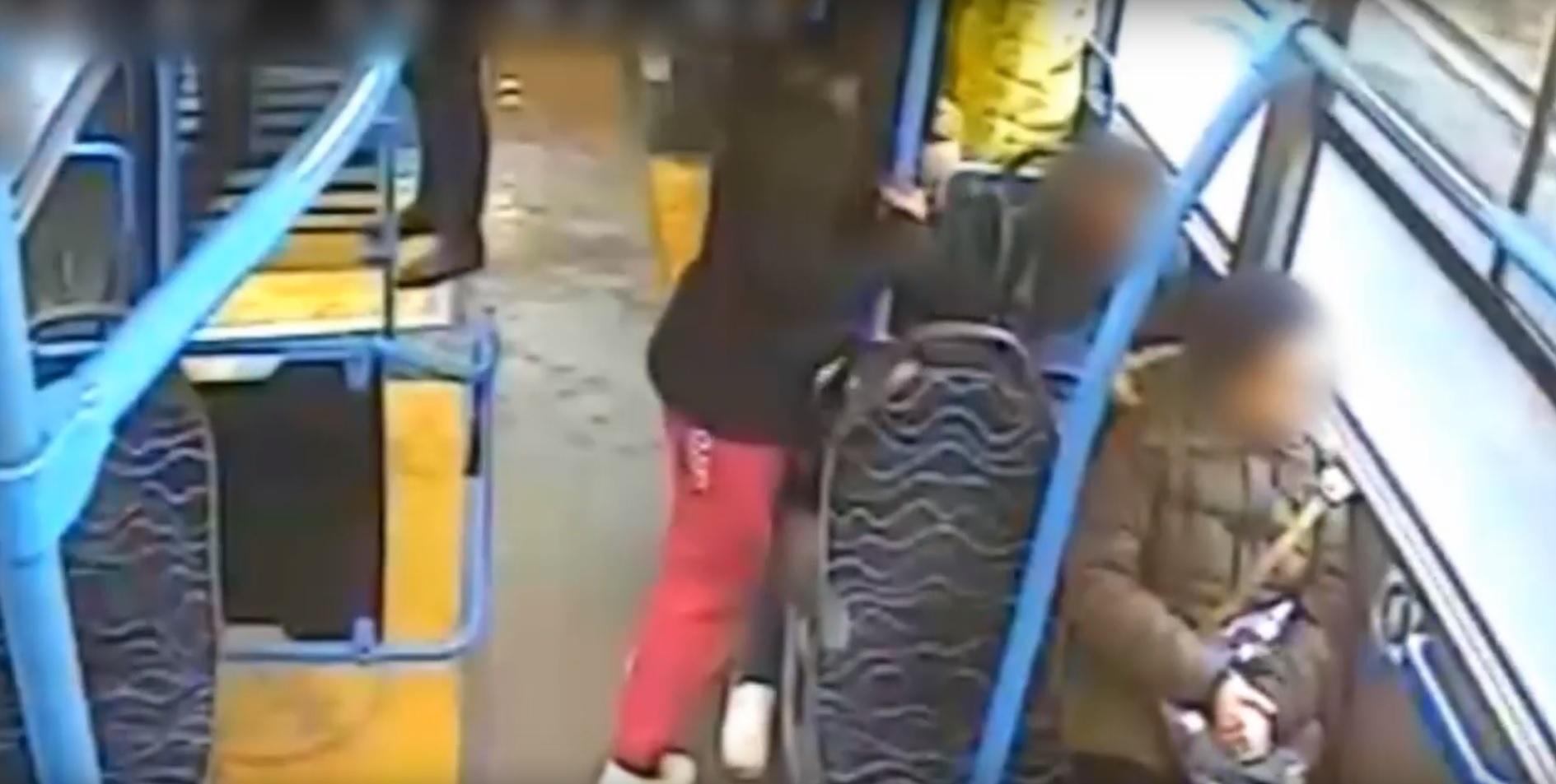Itt egy videó arról, hogyan fosztanak ki egy alvó utast a 151-es buszon