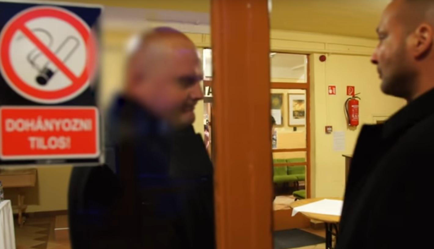 Kidobóemberek zárták ki a sajtót az offshore-ügybe keveredett fideszes fórumáról
