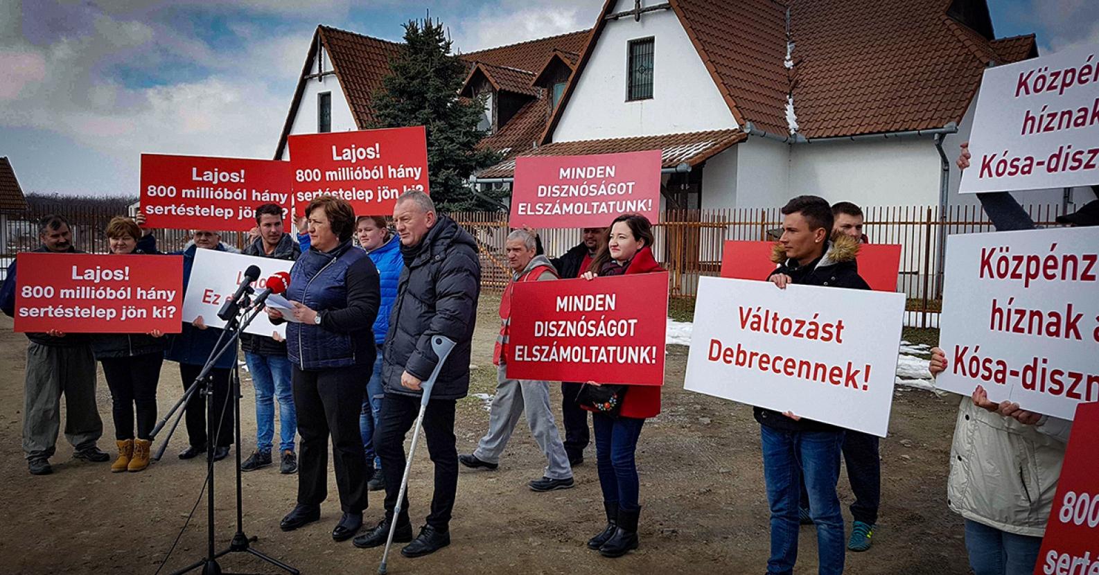 Kósa Lajos ellen tüntettek, igazoltatták őket