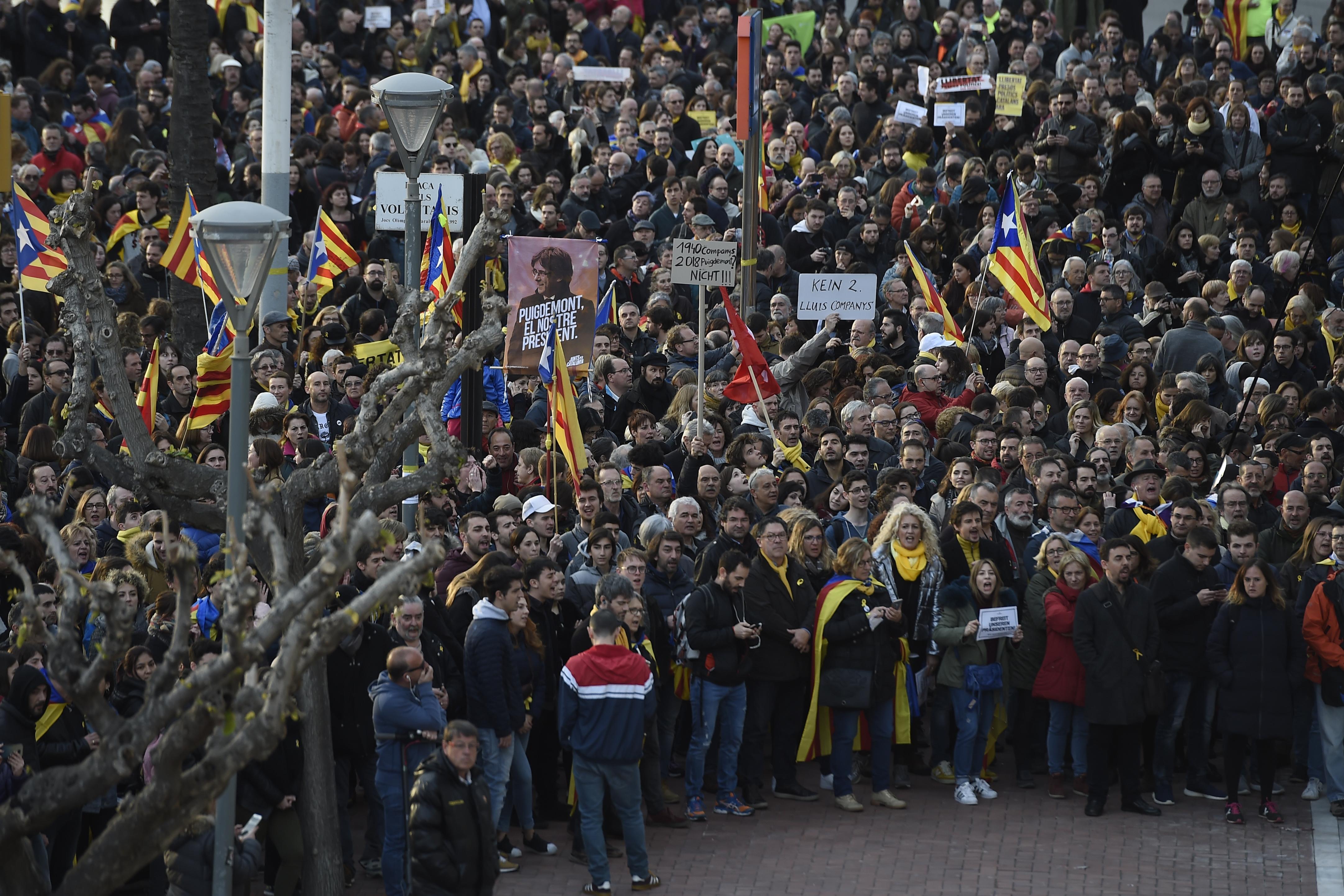 Több ezren tüntetnek Barcelonában a volt katalán elnök letartóztatása miatt, összecsapások is voltak