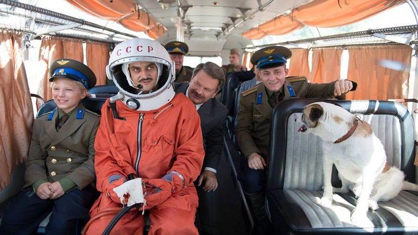 A cigány, a buzi, a náci és a szovjet utaznak az űrrakétán