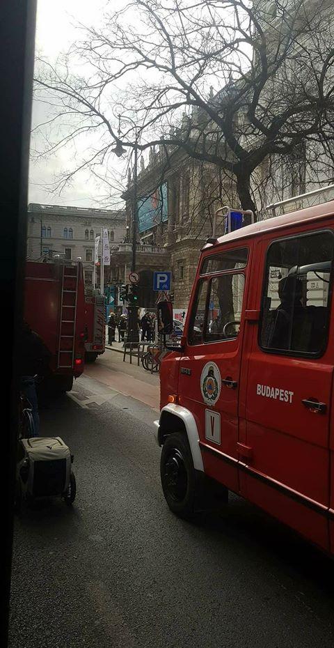 Kigyulladt az Operaház teteje, hét tűzoltóautó ment ki az épülethez
