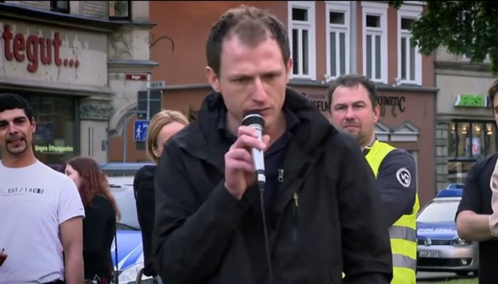 Budapesten tartóztatták le a német szélsőjobboldali propagandista-fegyverkereskedőt, akit két éve még a Jobbik fogadott a parlamentben