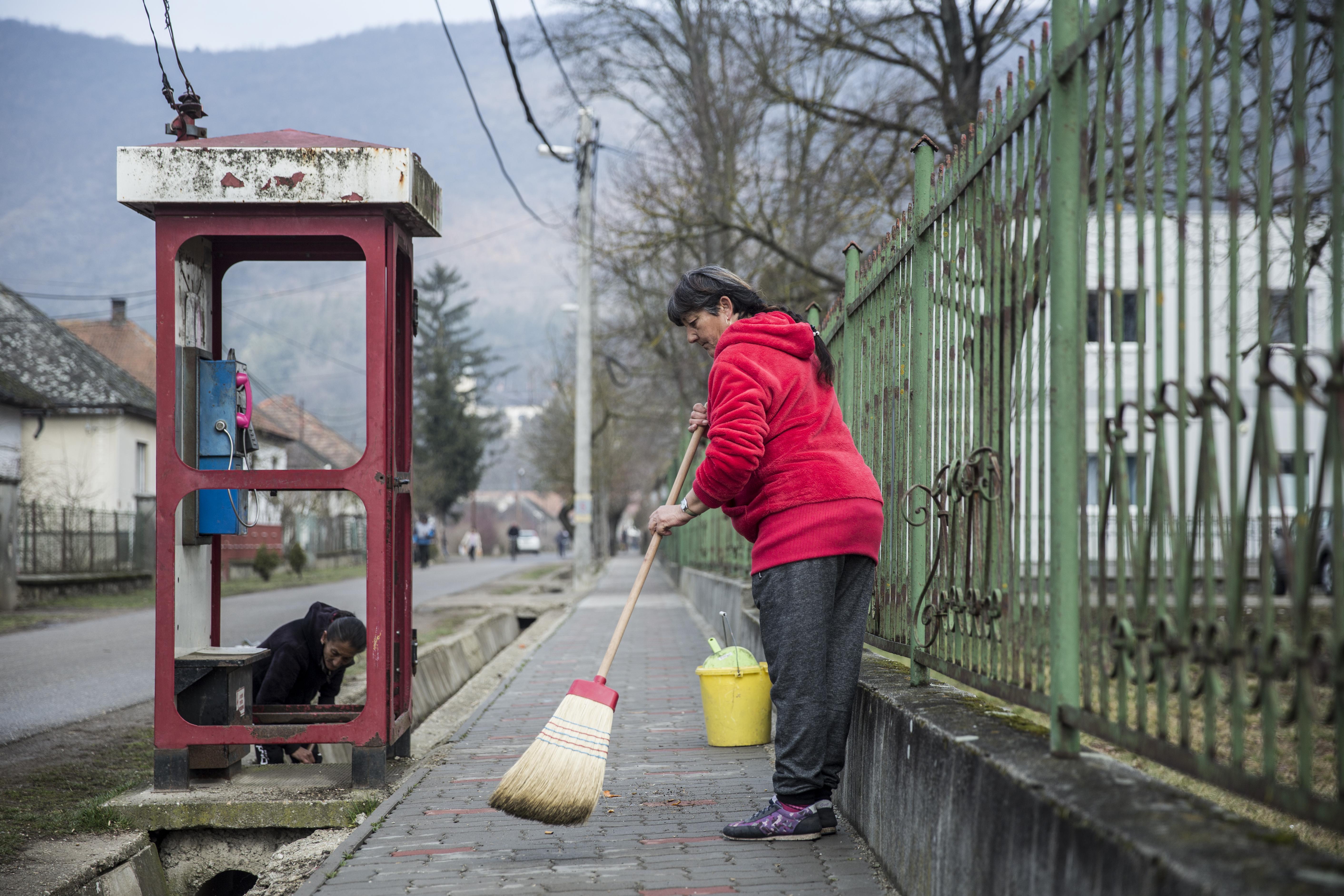 HVG: A kormány közel egy havi plusz bért adna a közmunkásoknak, vélhetően az önkormányzati választás előtt